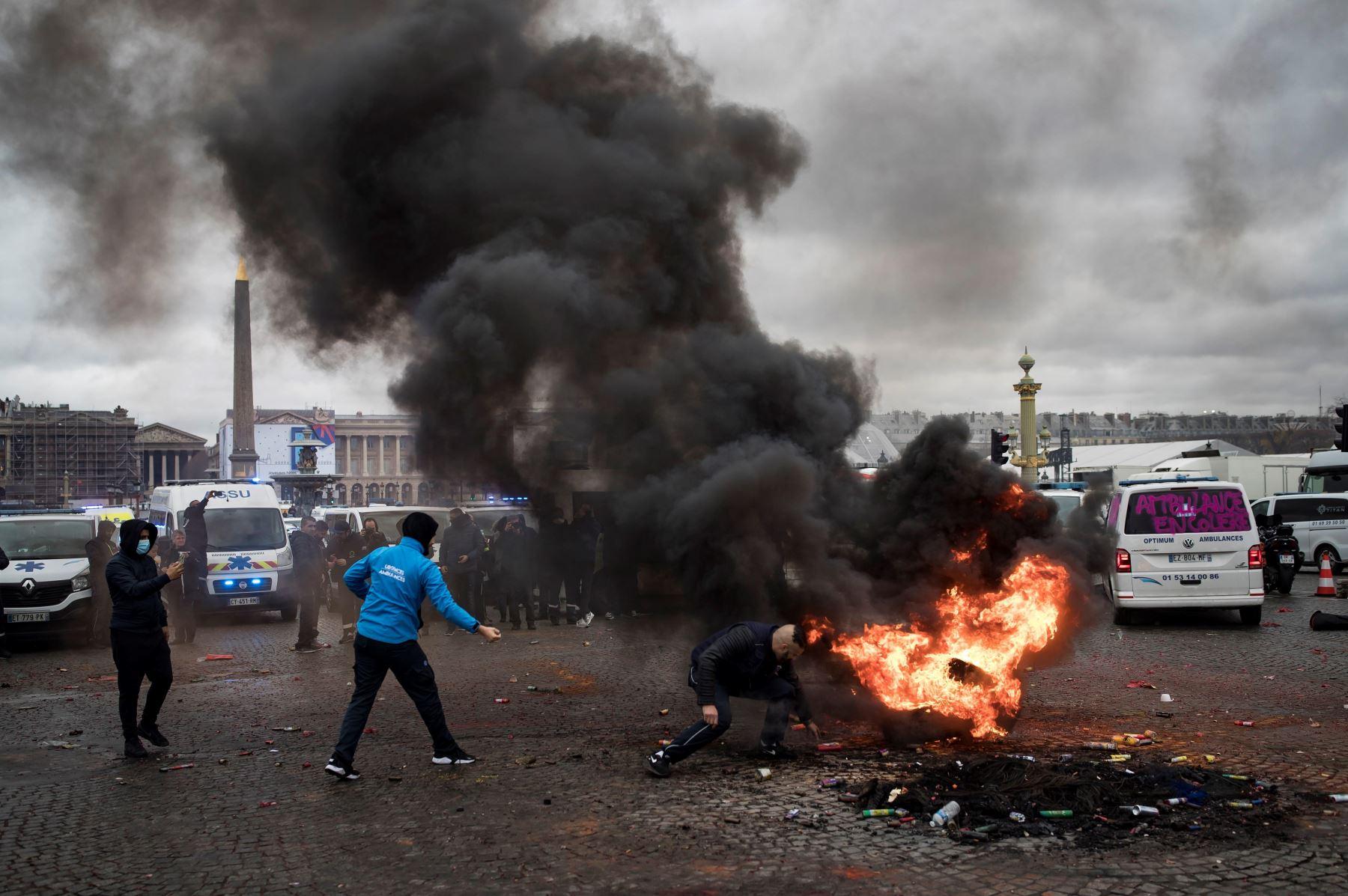 Conductores de ambulancias inician un fuego en la plaza de la Concorde mientras participan en una protesta ante la Asamblea Nacional, en ParÌs, Francia. Los manifestantes bloquearon el tráfico junto a la Asamblea Nacional para exigir la suspensión de una reforma del sistema de financiación de los transportes sanitarios. EFE