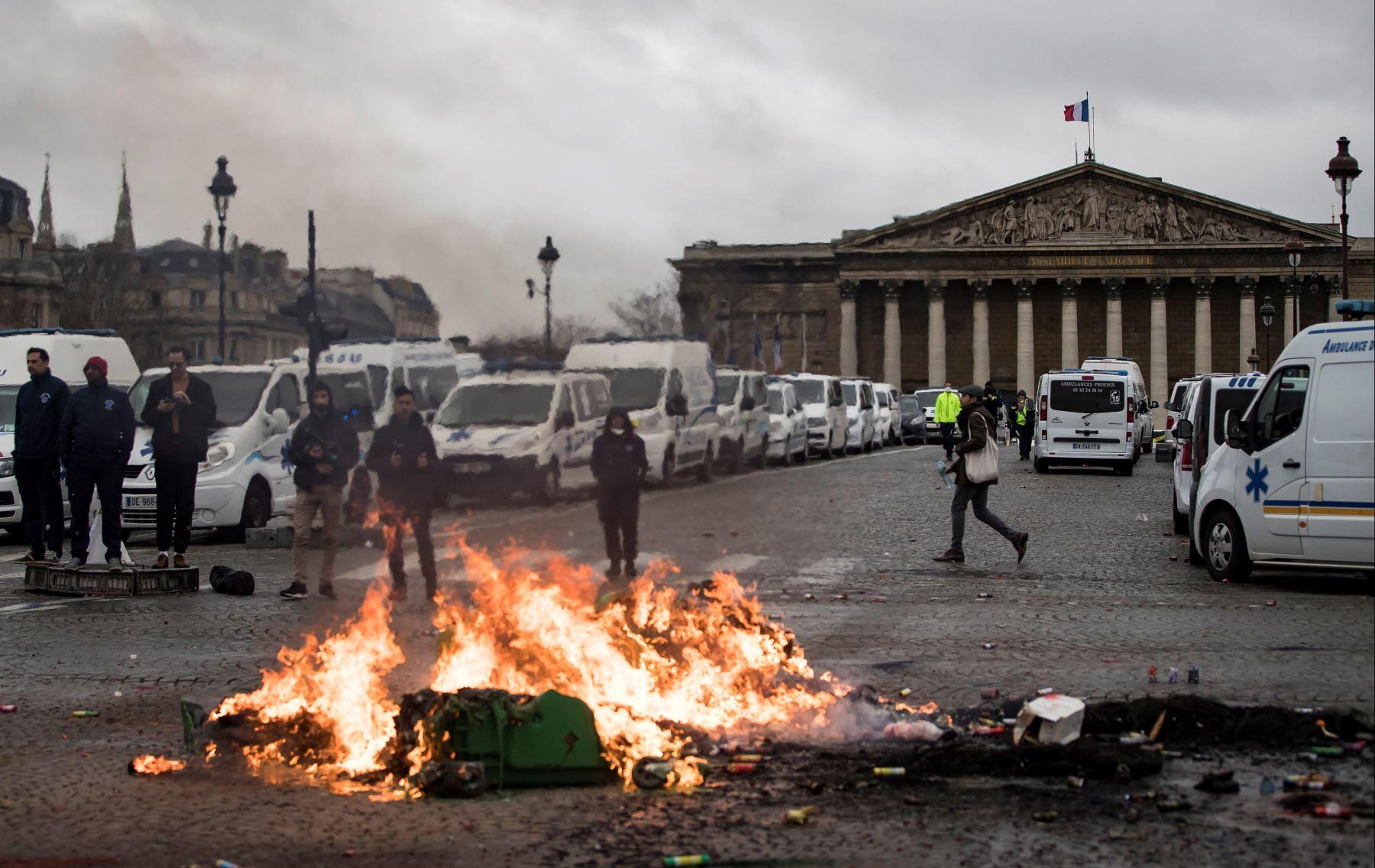 Conductores de ambulancias inician un fuego ante la Asamblea Nacional, en ParÌs, Francia. Los manifestantes bloquearon el tráfico junto a la Asamblea Nacional para exigir la suspensión de una reforma del sistema de financiación de los transportes sanitarios. EFE
