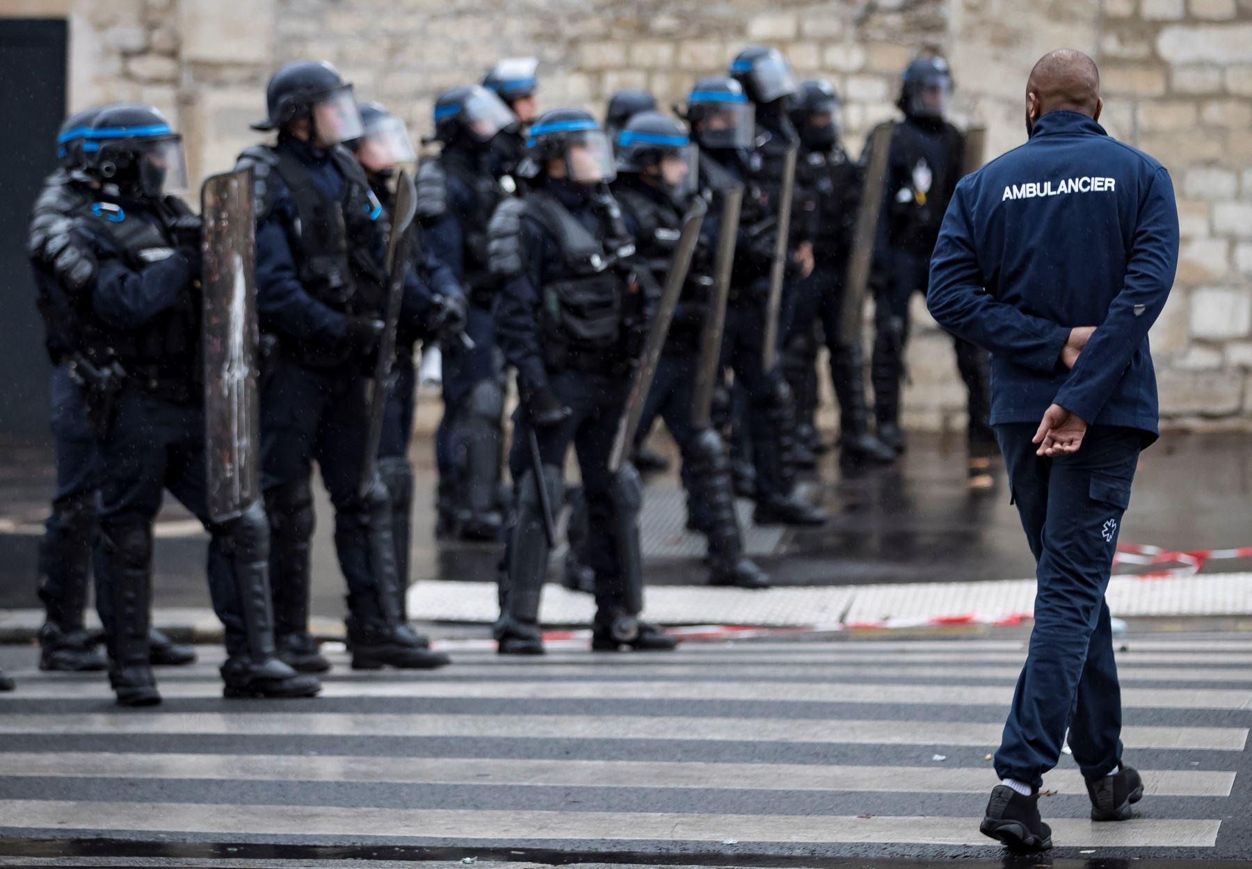 Un conductor de ambulancias camina ante un grupo de policías antidisturbios durante una protesta ante la Asamblea Nacional, en ParÌs, Francia. Los manifestantes bloquearon el tráfico junto a la Asamblea Nacional para exigir la suspensión de una reforma del sistema de financiación de los transportes sanitarios. EFE
