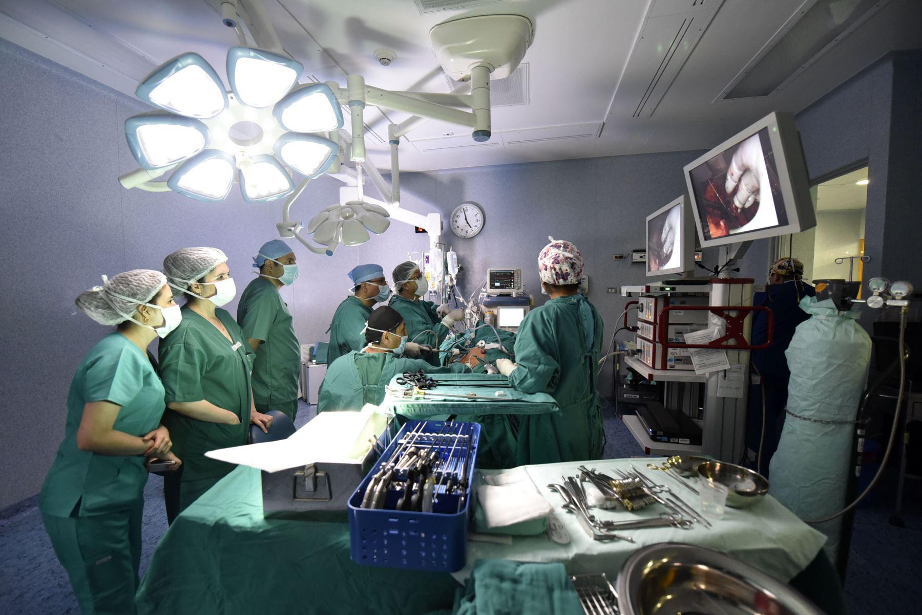 """""""Acá usamos la misma tecnología de Estados Unidos o Europa"""", asegura el doctor Manuel Moreno, cirujano de trasplantes del INSN-SB. """"Al donante se le practica una cirugía laparoscópica; se le saca el riñón por una incisión estética de 8 centímetros que casi no se ve. Y la recuperación para su vida normal puede empezar a las 4 o 6 semanas de la intervención"""".  Foto: ANDINA/INSN-SB"""