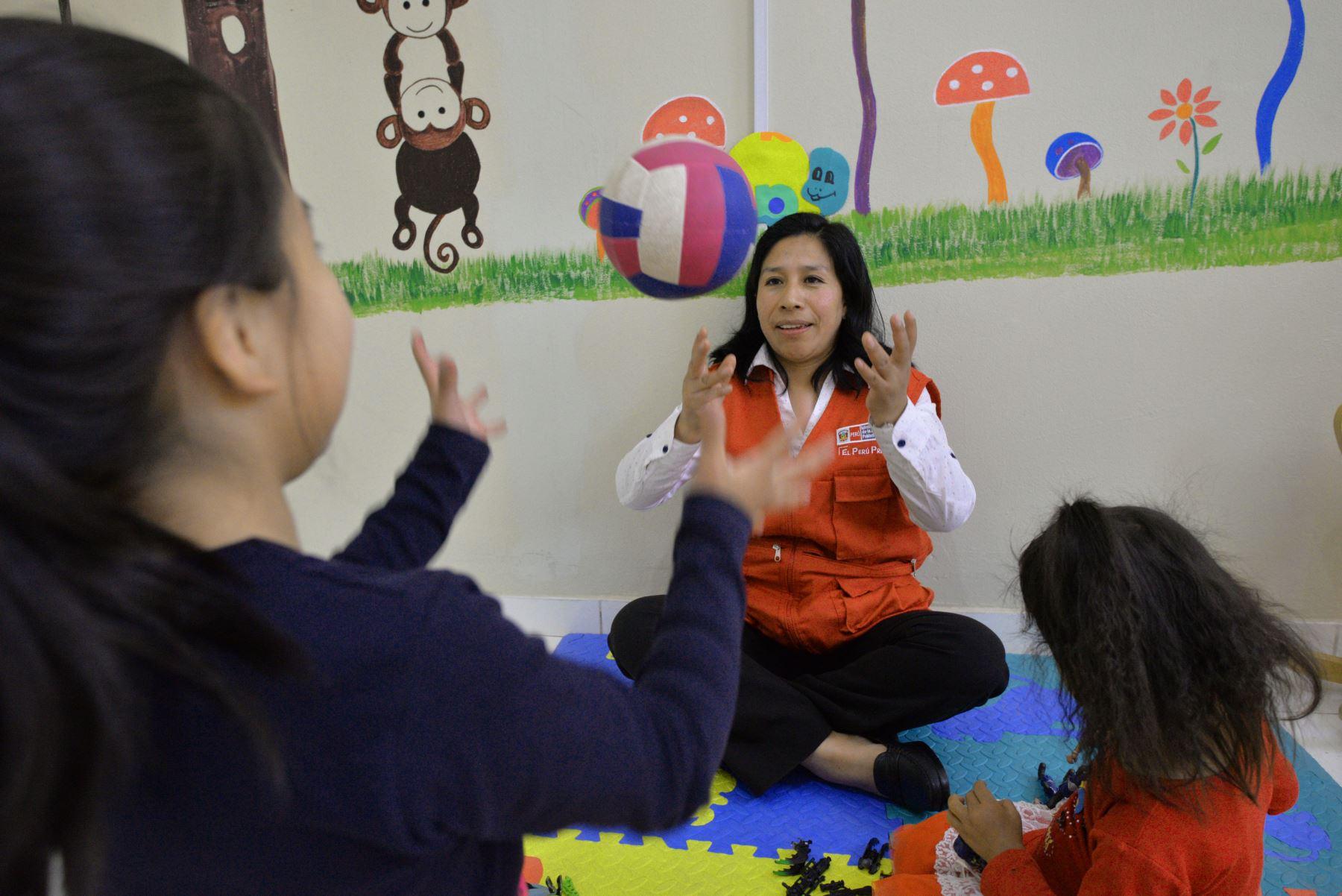 La ministra de la Mujer y Poblaciones Vulnerables (MIMP) Ana María Mendieta, inauguró esta mañana, la Unidad de Protección Especial (UPE) de Ayacucho, la misma que atenderá a las niñas, niños y adolescentes sin cuidados parentales o en riesgo de perderlos. Foto: ANDINA/MIMP