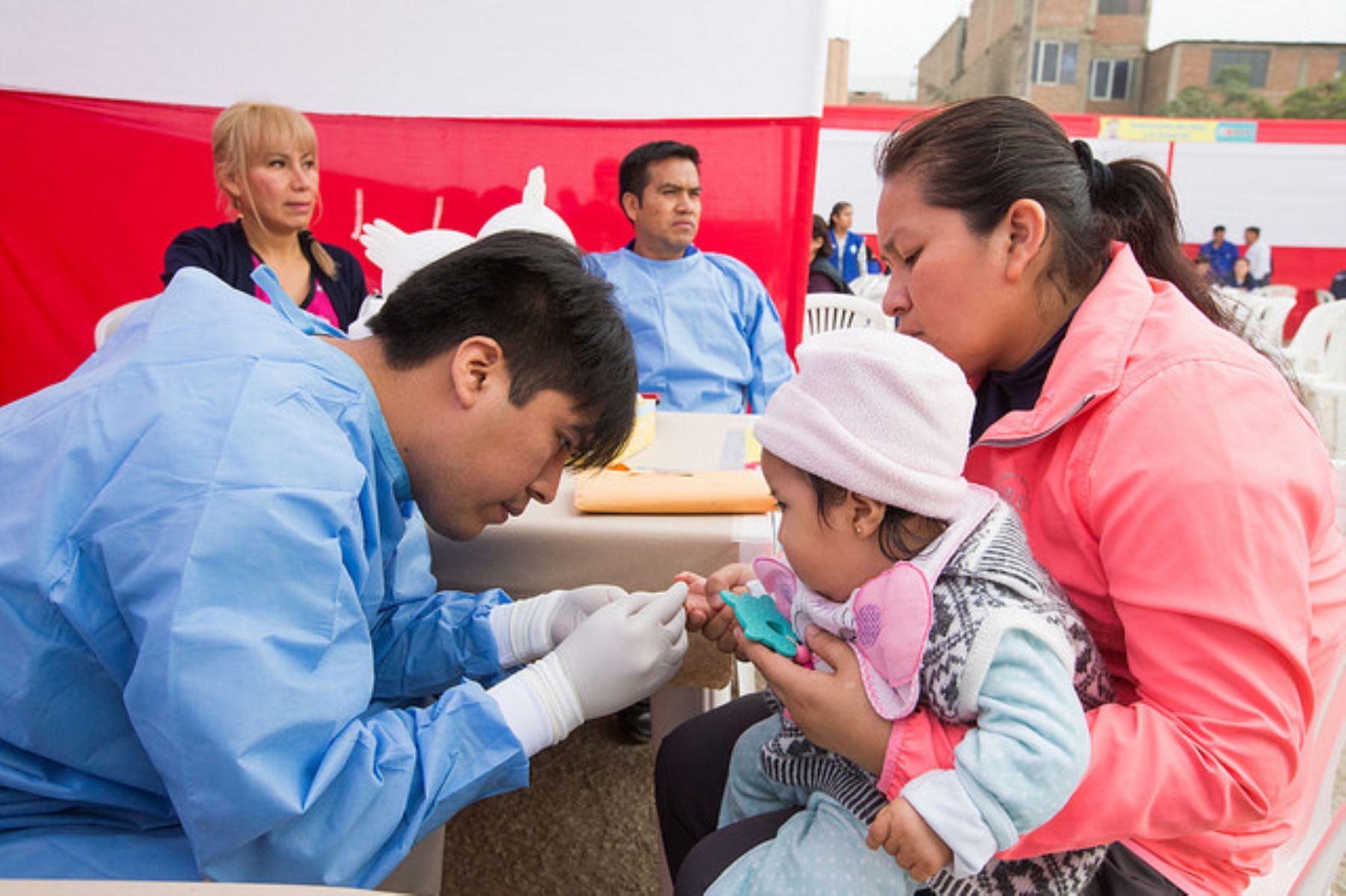 Más de 73,547 niñas y niños de 4 meses de todo el país recibieron oportunamente la suplementación con hierro en gotas en el 2018.