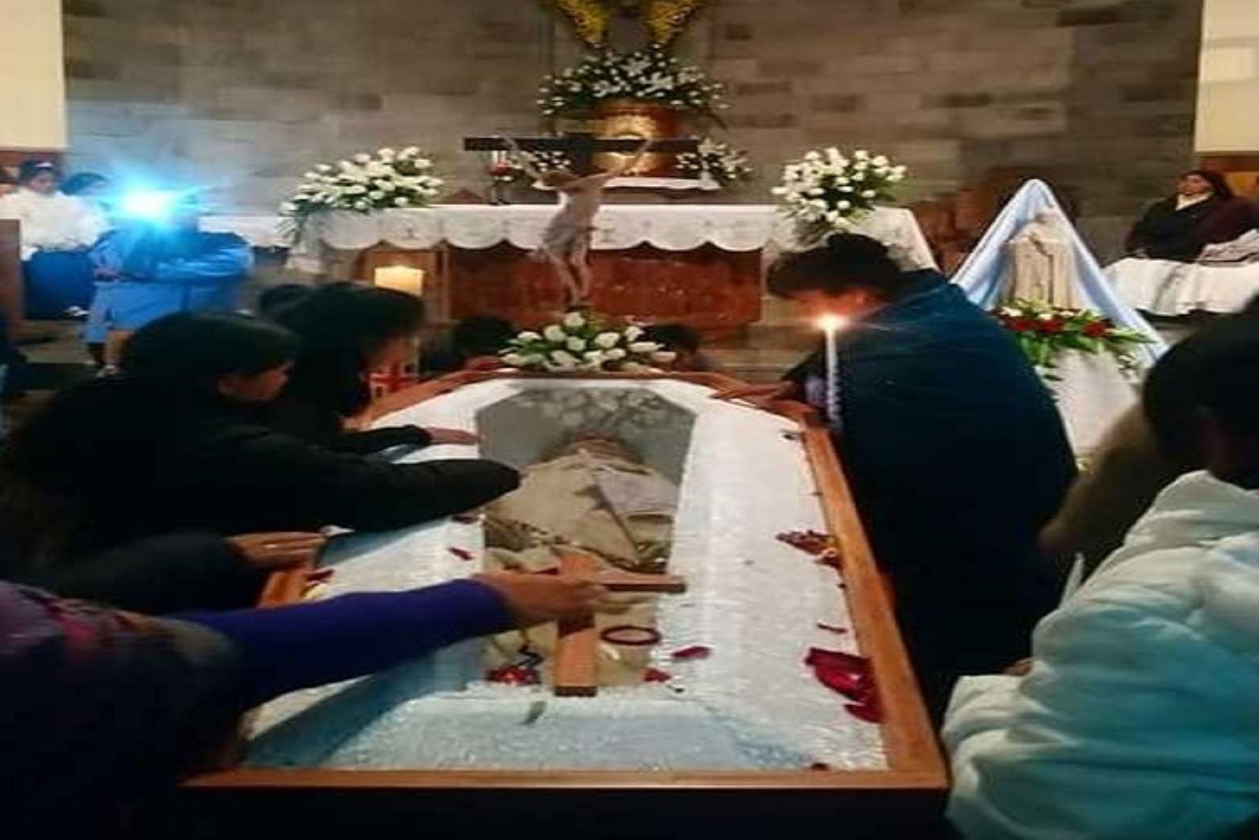 Decenas de fieles ancashinos dan último adiós al padre Ugo de Censi
