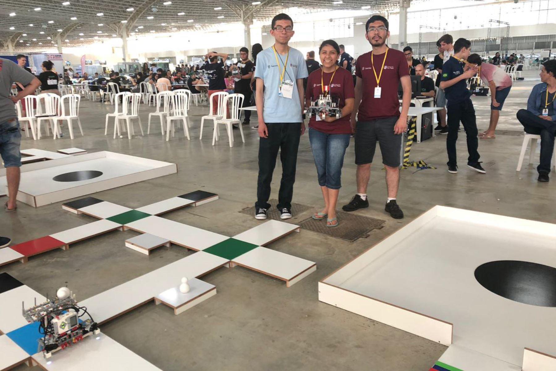 Estudiantes de Arequipa ganan premio internacional en robótica.