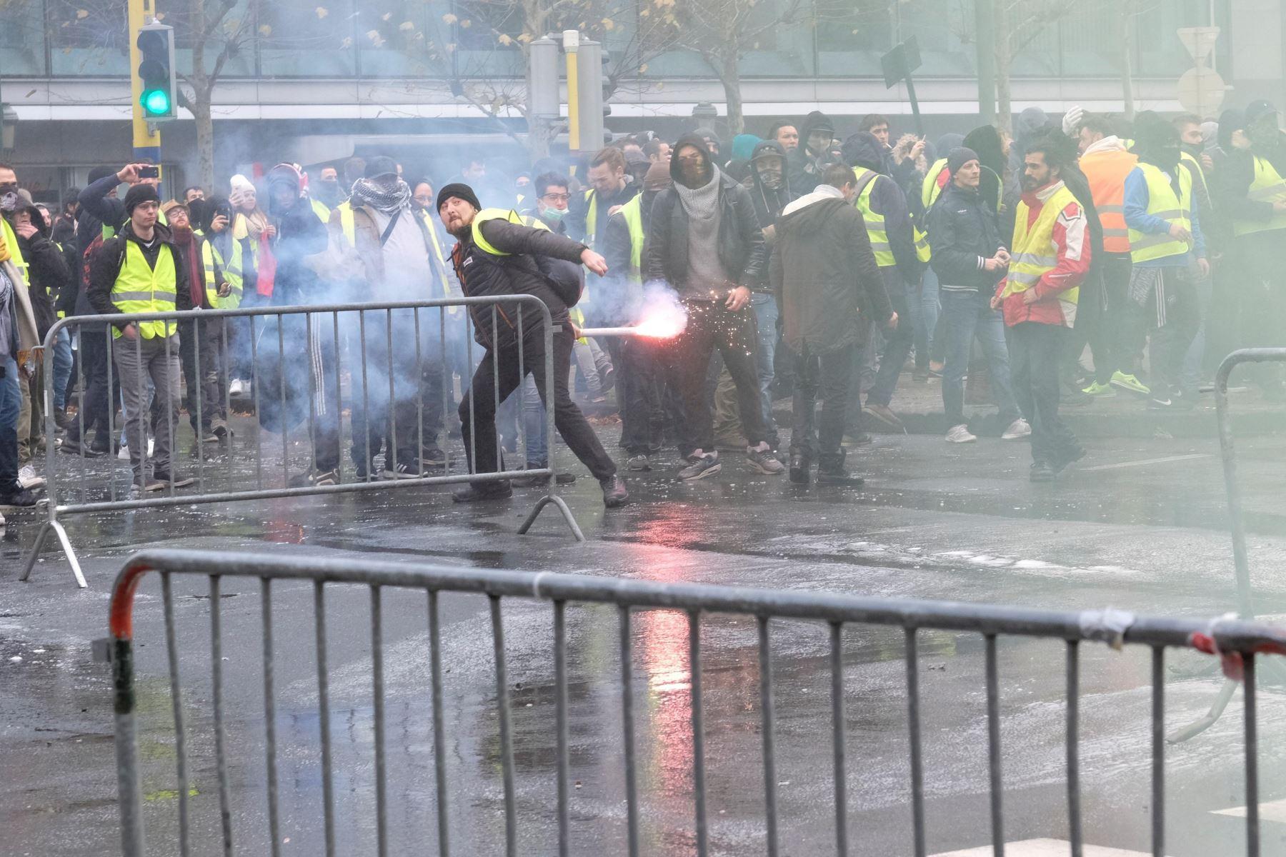 """Manifestantes del colectivo """"chalecos amarillos"""" protesta por la subida de los impuestos a los carburantes Foto: EFE"""