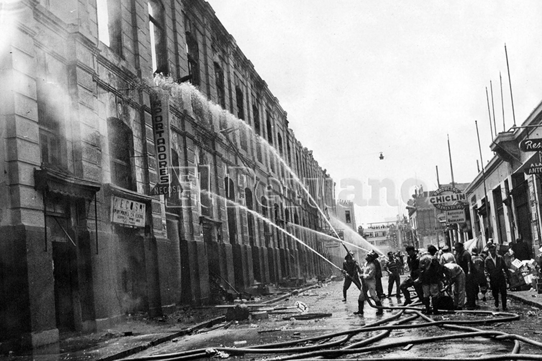 Lima - 29 febrero 1964 / Bomberos tratan de apagar el fuego en el  Mercado Central de Lima. Foto: Archivo Histórico de EL PERUANO