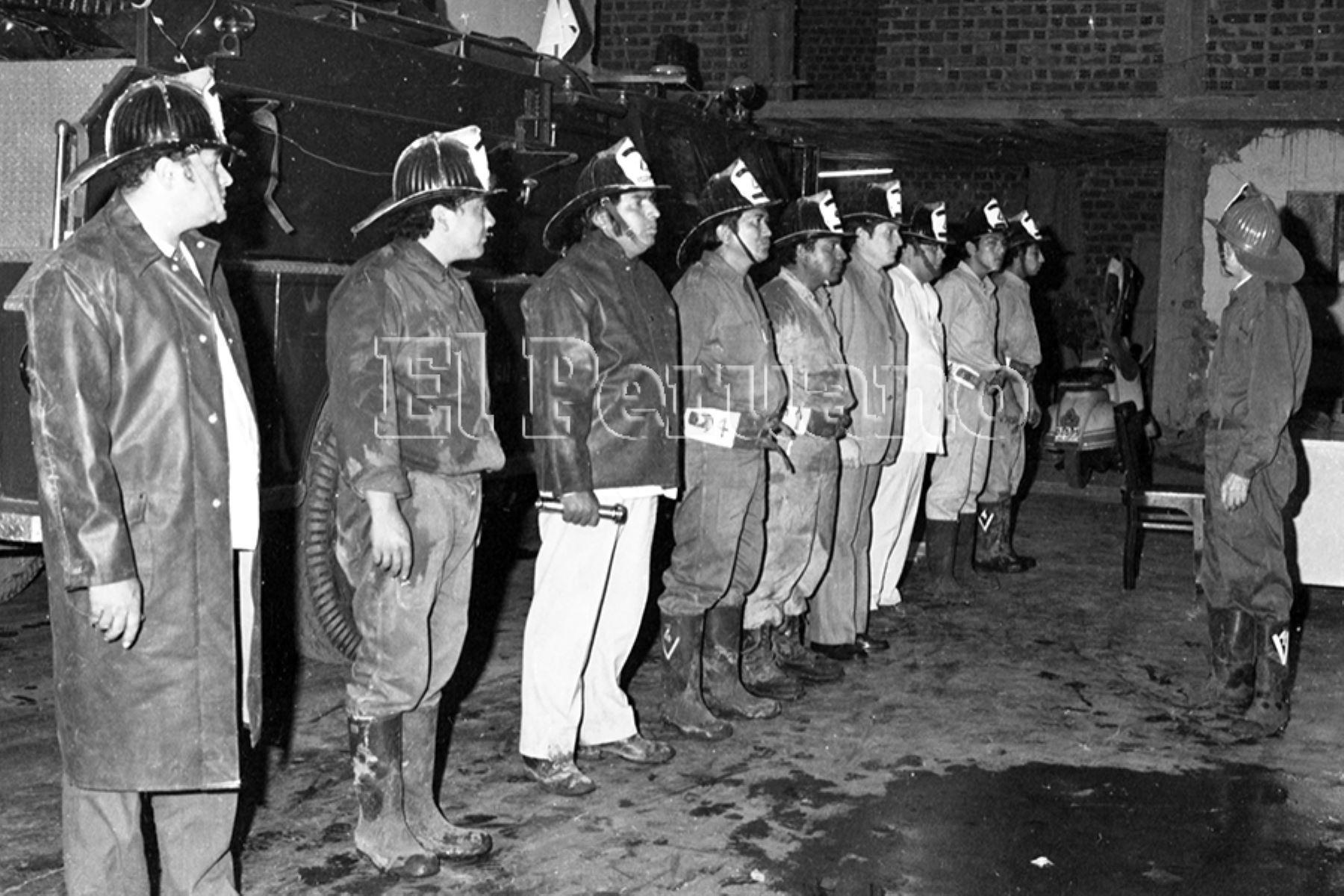 Lima - 1 enero 1975 / Diversas emergencias tuvieron que atender los bomberos durante las celebraciones del año nuevo en el cercado de Lima. Foto: Archivo Histórico de EL PERUANO