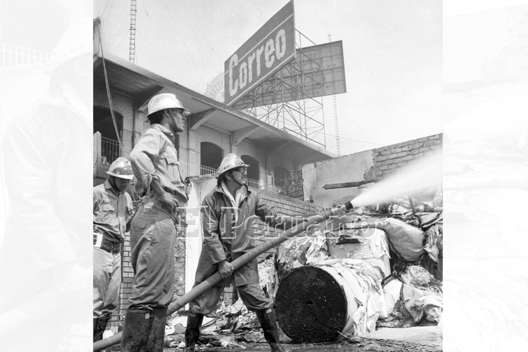 Lima - 5 febrero 1975 / Bomberos luchan contra el fuego que consume las instalaciones del diario Correo que fue atacado por las turbas durante el paro policial. Foto: Archivo Histórico de EL PERUANO / Humberto Romaní
