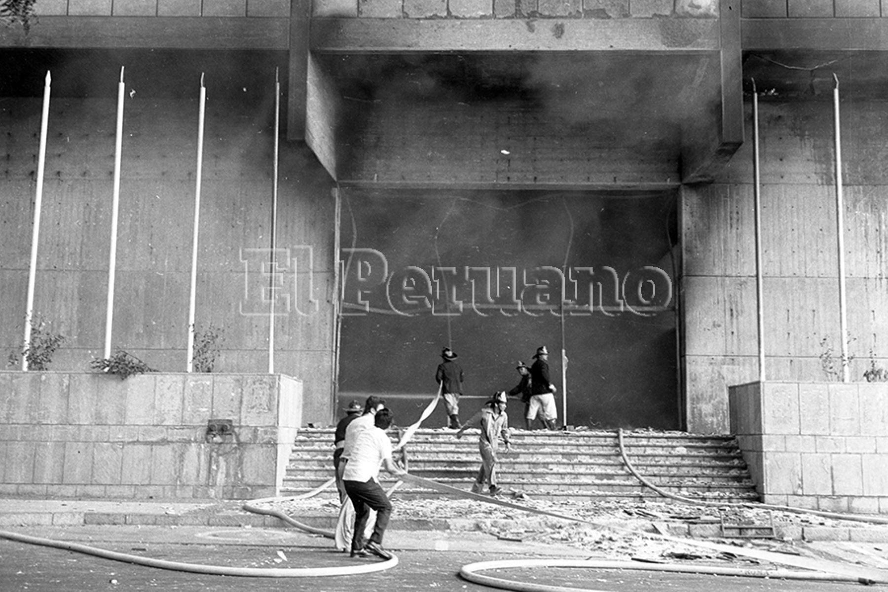 Lima - 5 febrero 1975 / Bomberos voluntarios intentan apagar el incendio en el Centro Cívico de Lima. La turbas que aprovecharon el paro policial atacaron también la sede de los diarios Ojo y Correo. Foto: Archivo Histórico de EL PERUANO