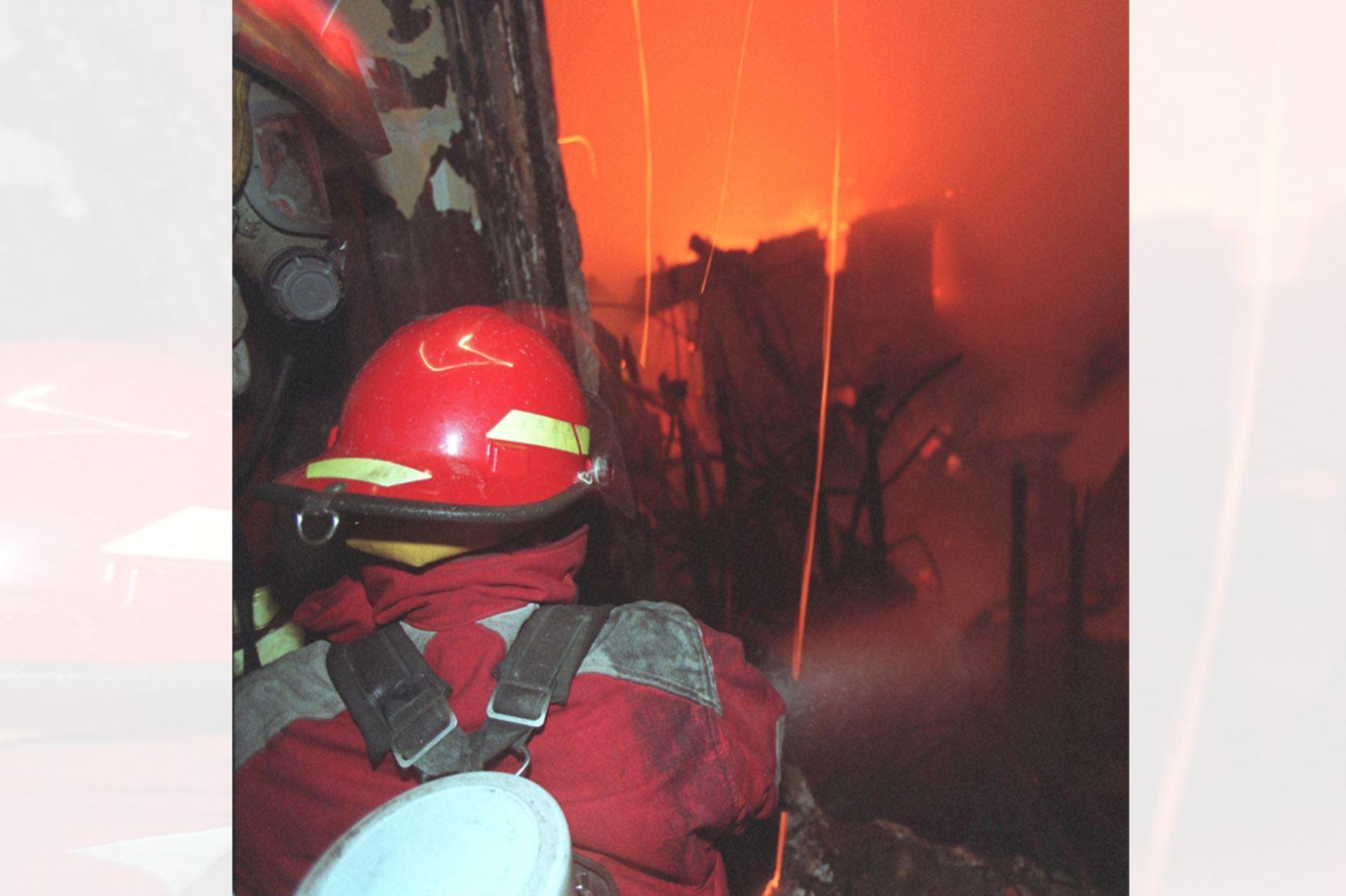 Bomberos tratan de apagar el fuego en el interior del Teatro Municipal de Lima luego de que un corto circuito propagara un incendio el 02 Agosto de 1998. Foto: AFP