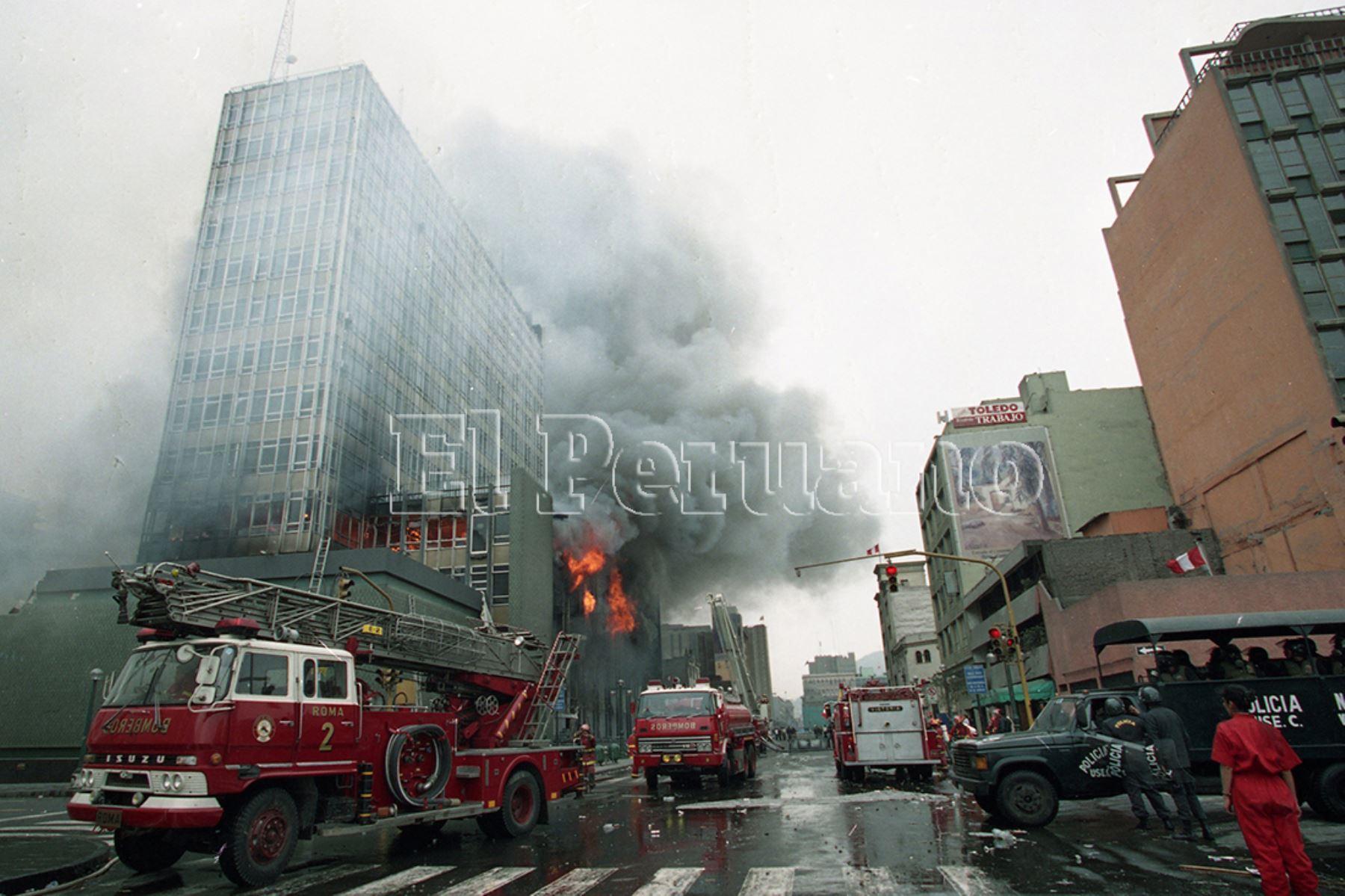 Lima - 28 julio 2000 / Bomberos intentan apagar el incendio en el  Banco de la Nación. Foto: Archivo Histórico de EL PERUANO / Christian Bernuy