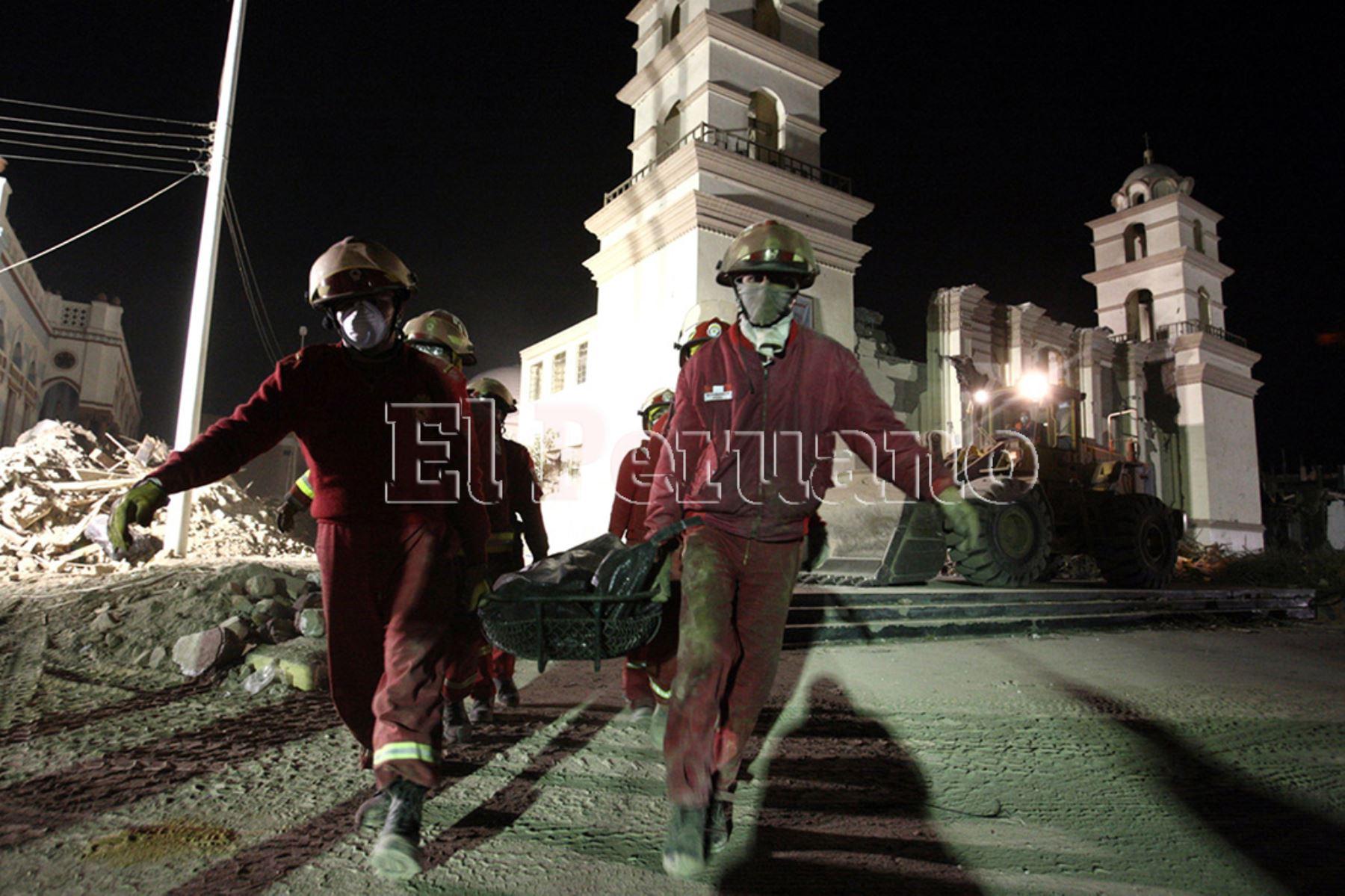 Pisco 18 agosto 2007 / Bomberos continúan con las labores de rescate de las victimas del terremoto que destruyó la iglesia de San Clemente y gran parte de la ciudad de Pisco. Foto: Diario Oficial EL PERUANO / Jack Ramón