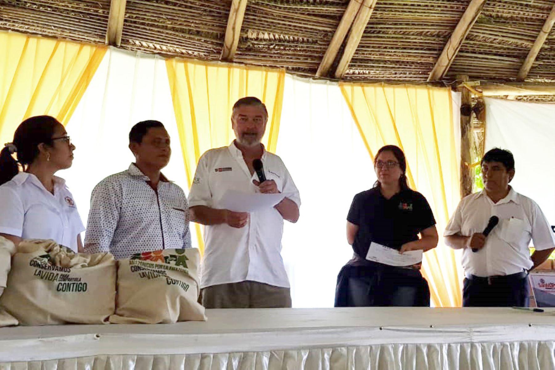 El director del Serfor, John Leigh, participó en la ceremonia de entrega de contratos de cesión en uso para fines agroforestales, 413 certificados de plantaciones forestales y tres concesiones de conservación.