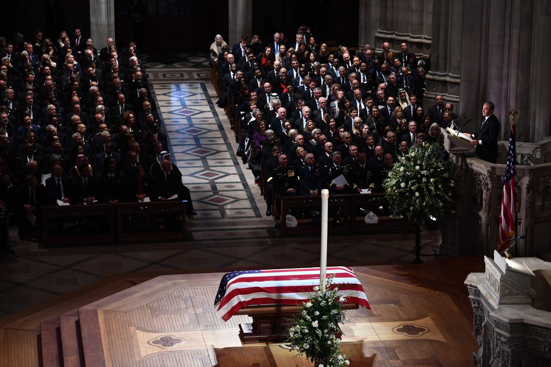 George W. Bush habla durante el funeral de su padre, el ex presidente estadounidense George H. W. Bush en la Catedral Nacional en Washington Foto: AFP