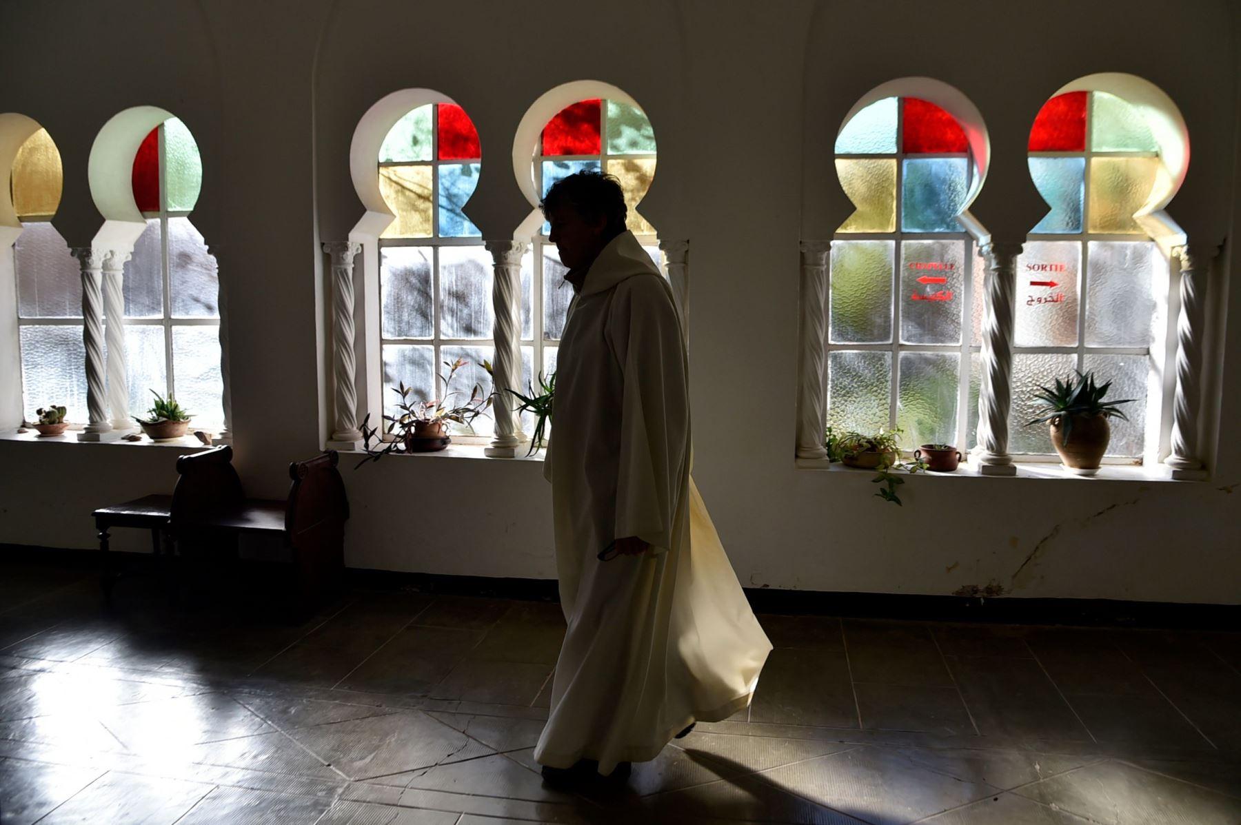 Un monje se prepara para orar en el monasterio de Tibhirine Foto: EFE