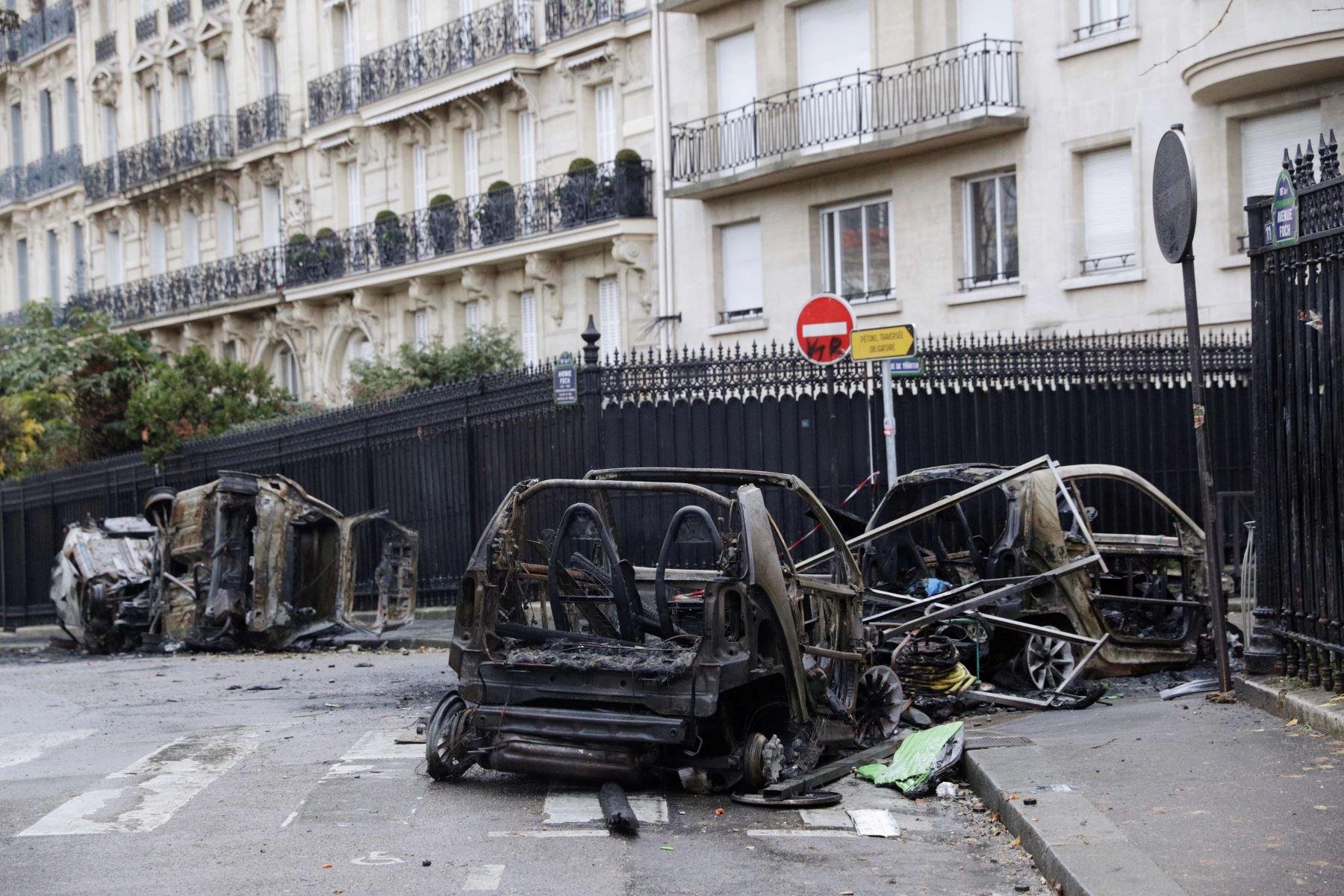 Autos quemados después de los enfrentamientos durante una protesta de chalecos amarillos Foto: AFP