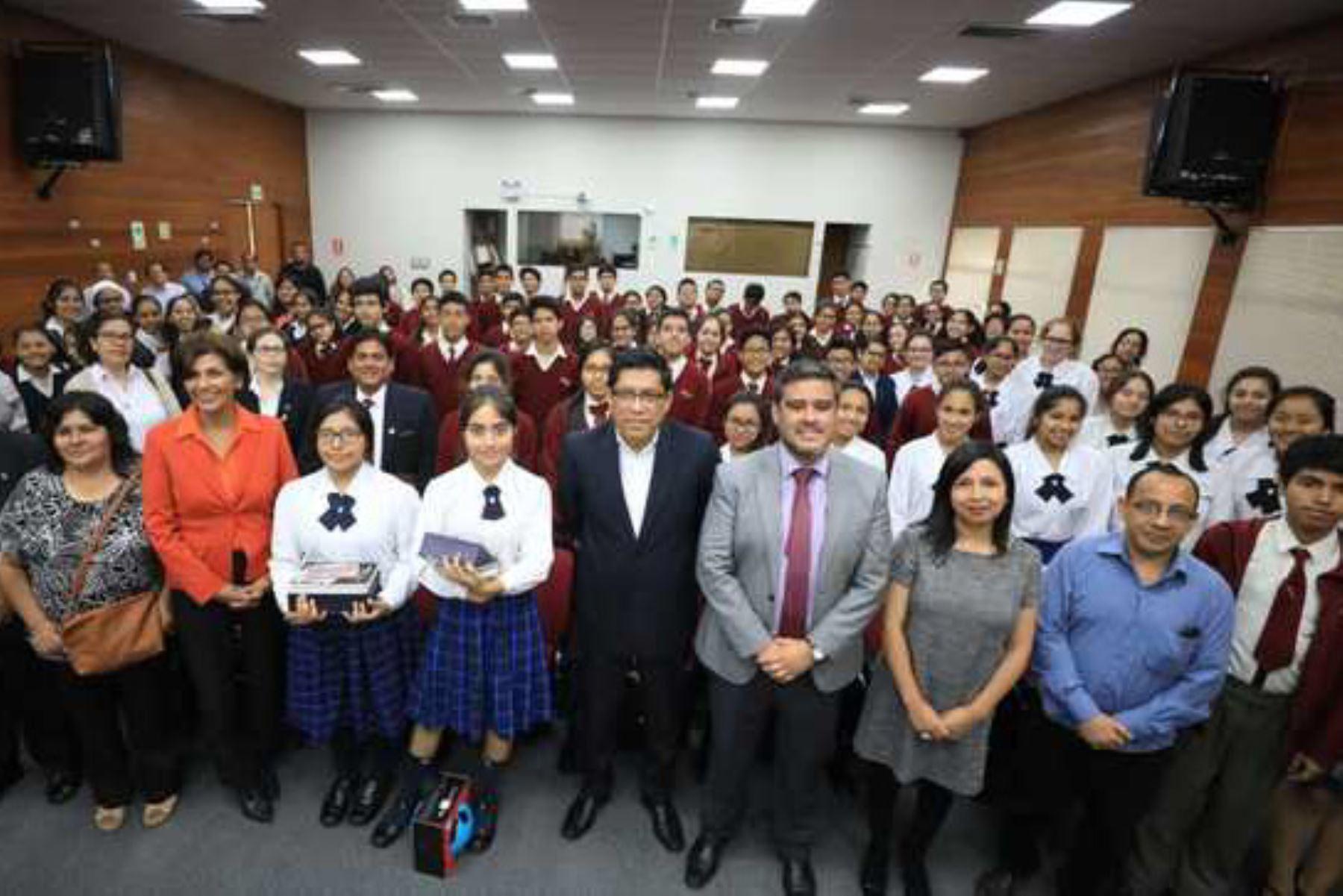 Premian a escolares ganadores de Concurso nacional de Historietas. Foto: Andina/difusión