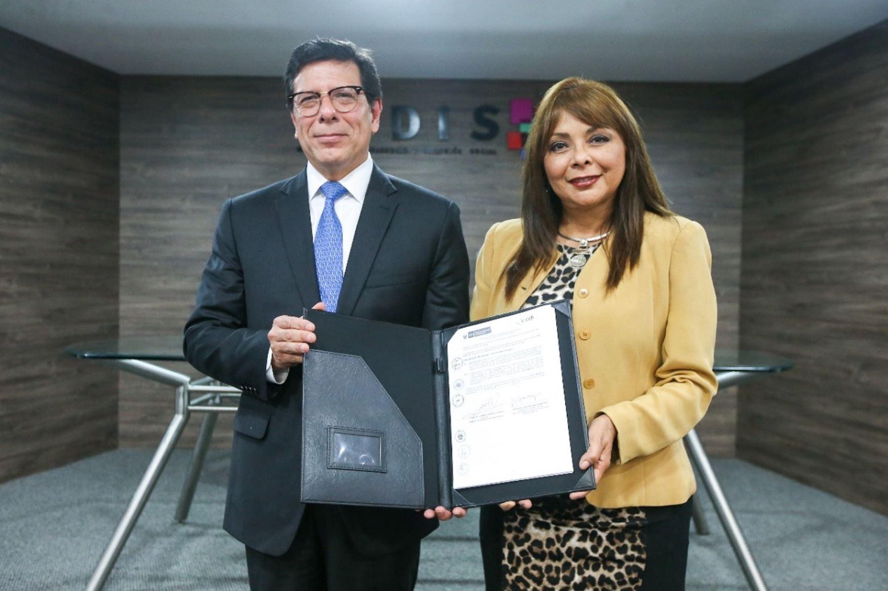 El presidente ejecutivo del Cefi de Asbanc, Martín Naranjo y la ministra de Desarrollo e Inclusión Social, Liliana La Rosa firmaron convenio. Foto: Cortesía.