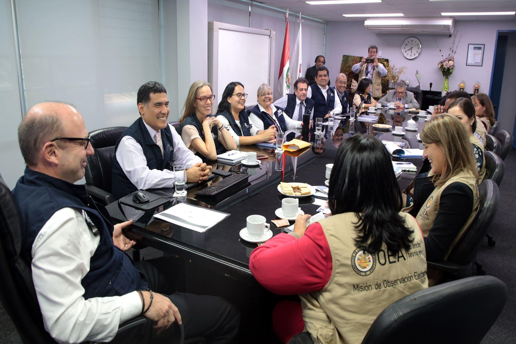 Reunión del jefe de la ONPE, Manuel Cox, y representantes de la entidad, con la Misión de Observación Electoral de la OEA.