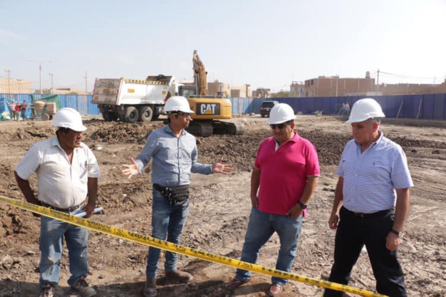 El gobernador regional de Lambayeque, Humberto Acuña, colocó la primera piedra del complejo policial de la familia en José Leonardo Ortiz.