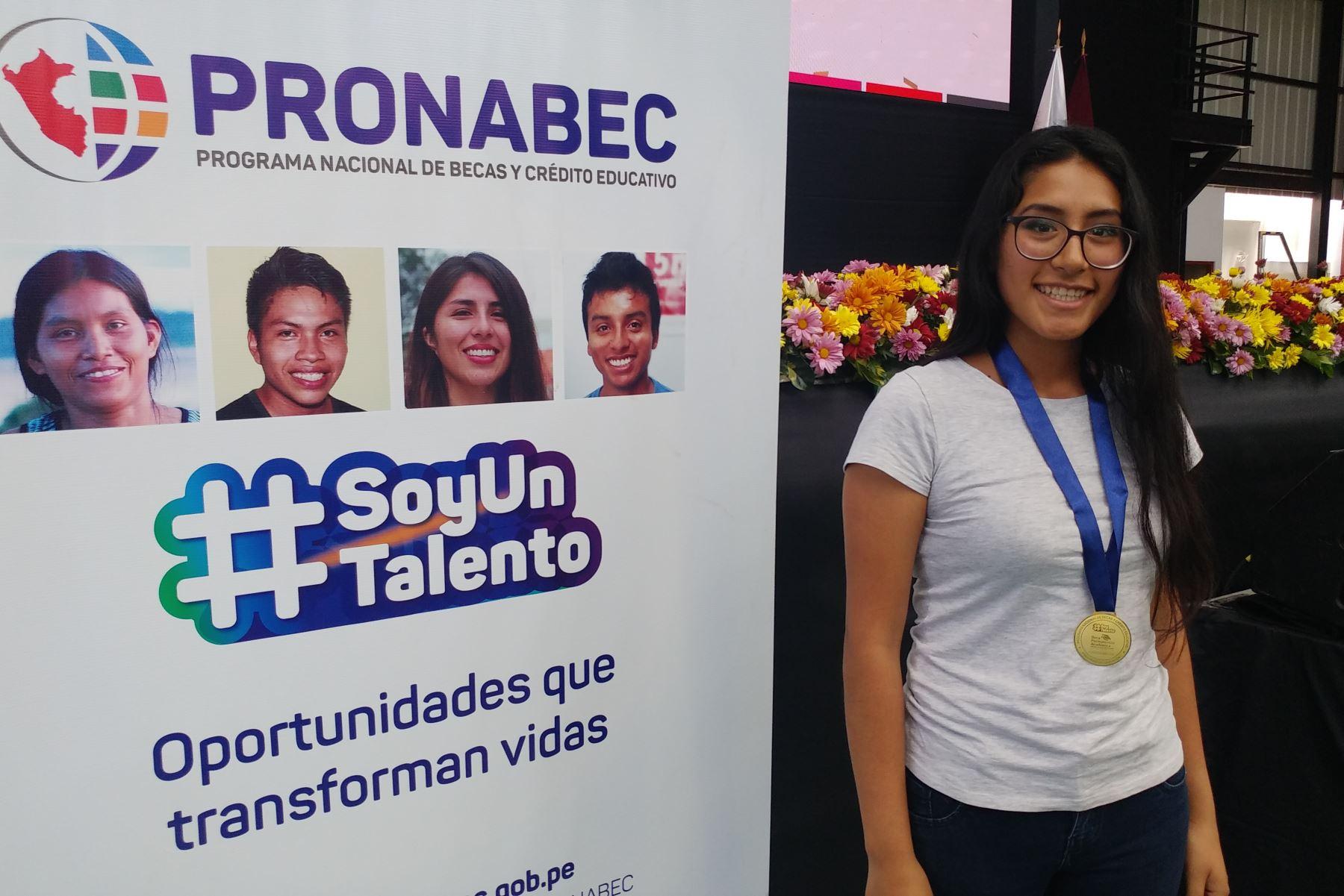 Naysha Núñez Romero, estudiante de la UNI homenajeada por el Pronabec al haber ganado la Beca Permanencia. Foto: Karina Garay
