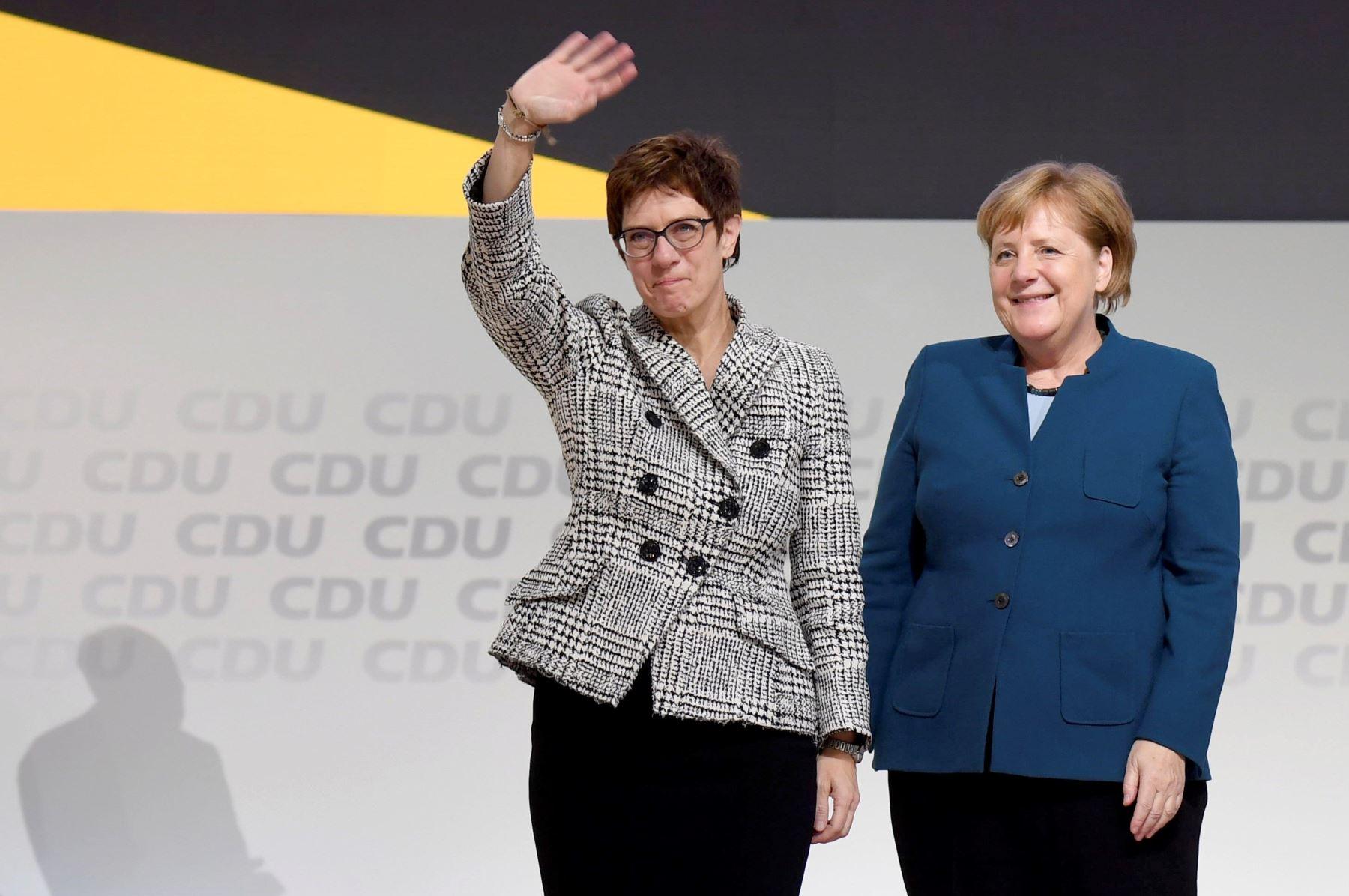 Annegret Kramp-Karrenbauer reacciona tras ser elegida como nueva presidenta del partido CDU junto a la canciller alemana, Angela Merkel  Foto: EFE
