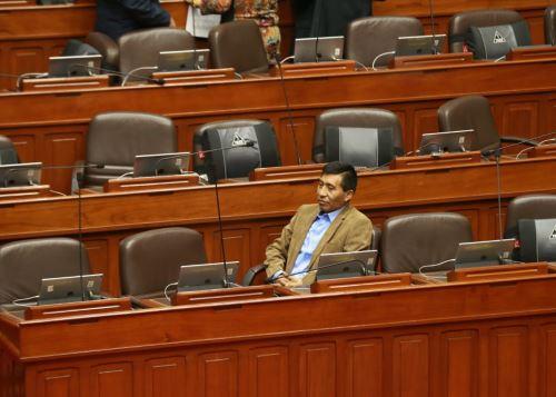 Congreso suspendió 120 días a Moisés Mamani por tocamientos indebidos