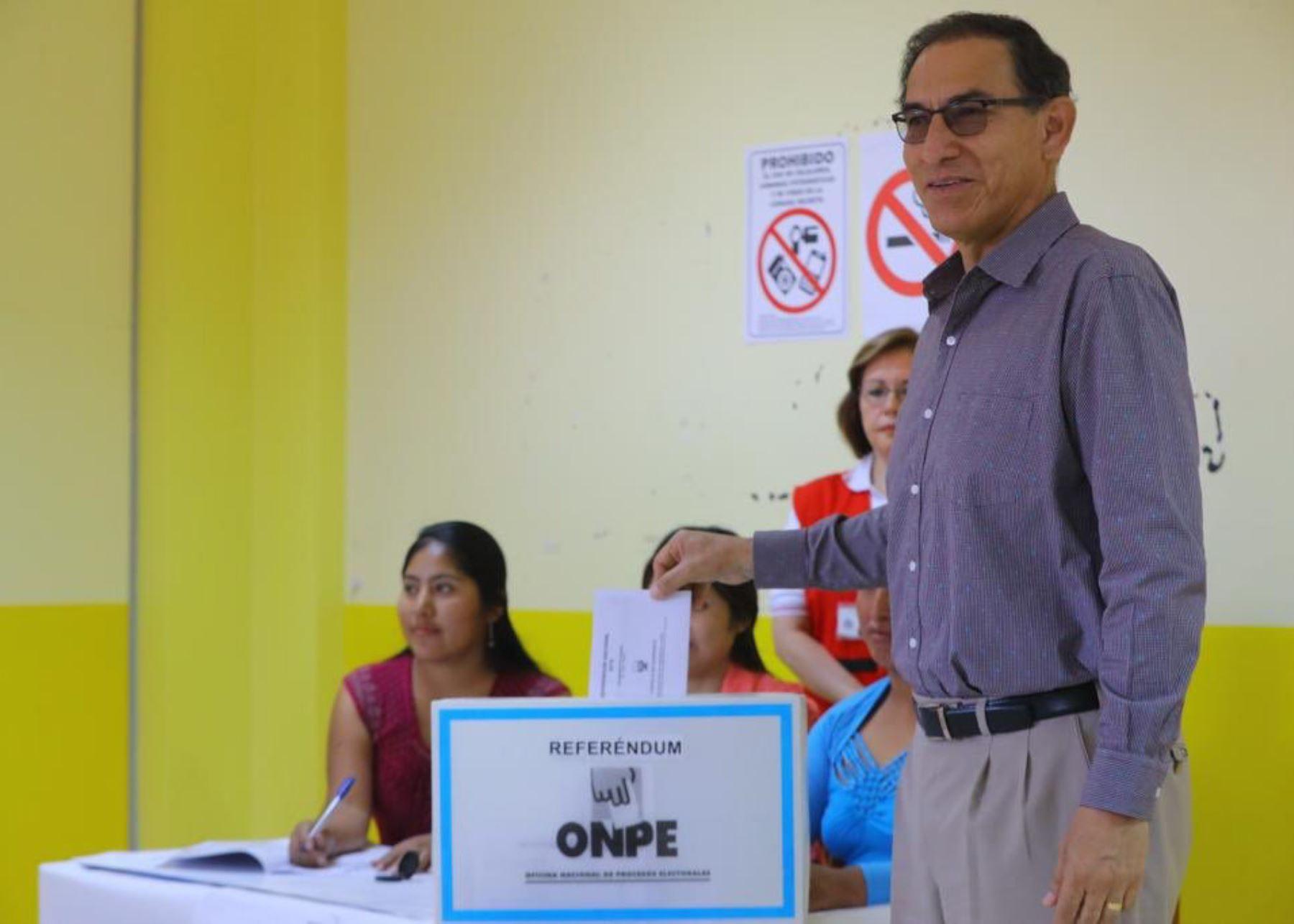 Presidente Martín Vizcarra acudió a votar en la región Moquegua.