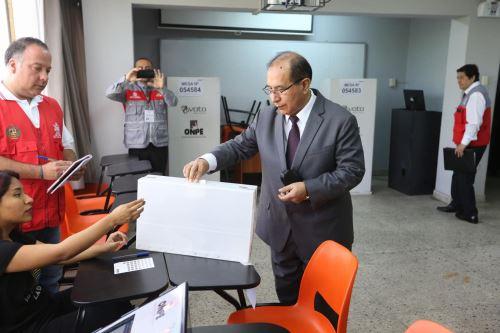 Presidente del JNE supervisa la votación para el referéndum