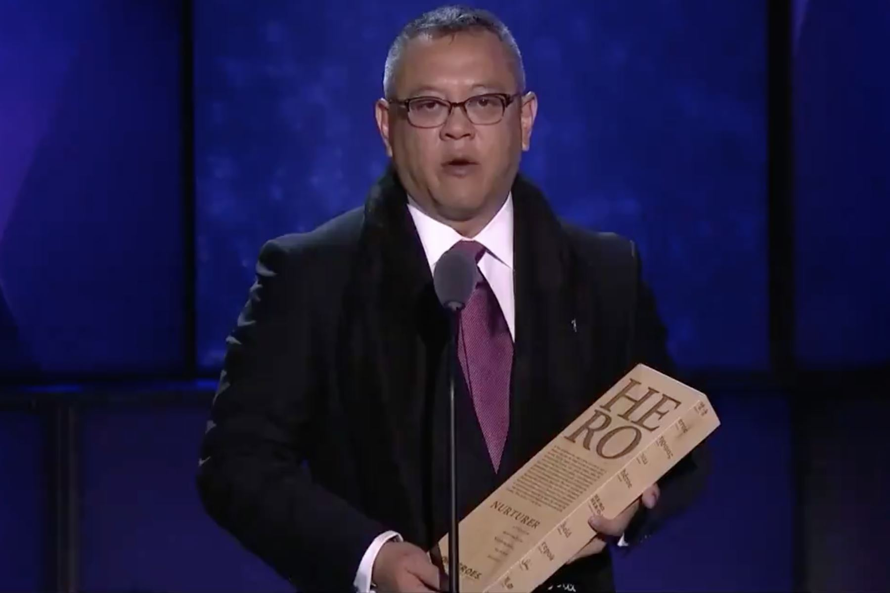 Ricardo Pun Chong, en el momento que recibió el premio de Héroe CNN 2018. Captura TV