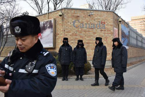 Agentes de la policía china patrullan frente a la embajada canadiense en Beijing Foto: AFP