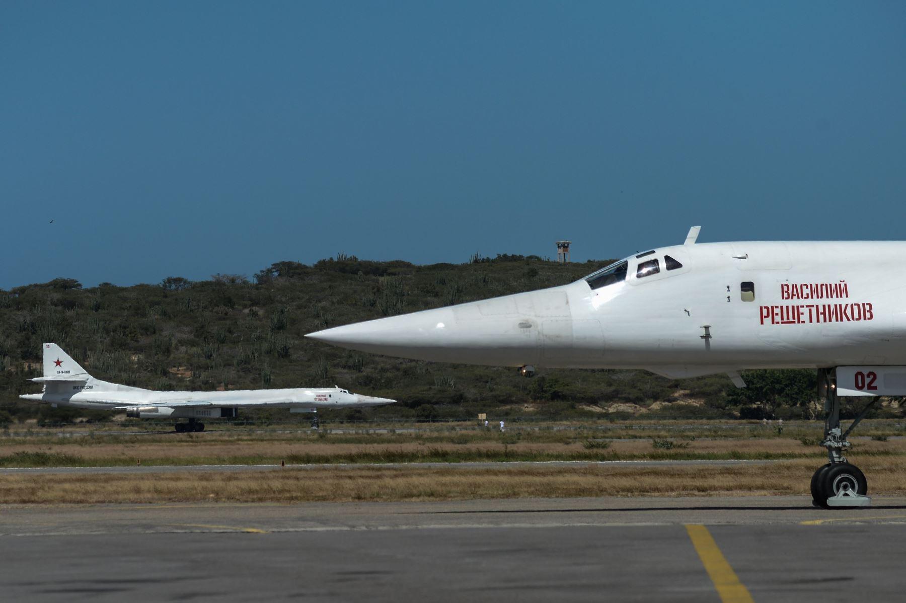 Aviones de bombarderos supersónicos pesados estratégicos Tupolev Tu-160 de Rusia aterrizan en el Aeropuerto Internacional de Maiquetia, Caracas Foto: AFP