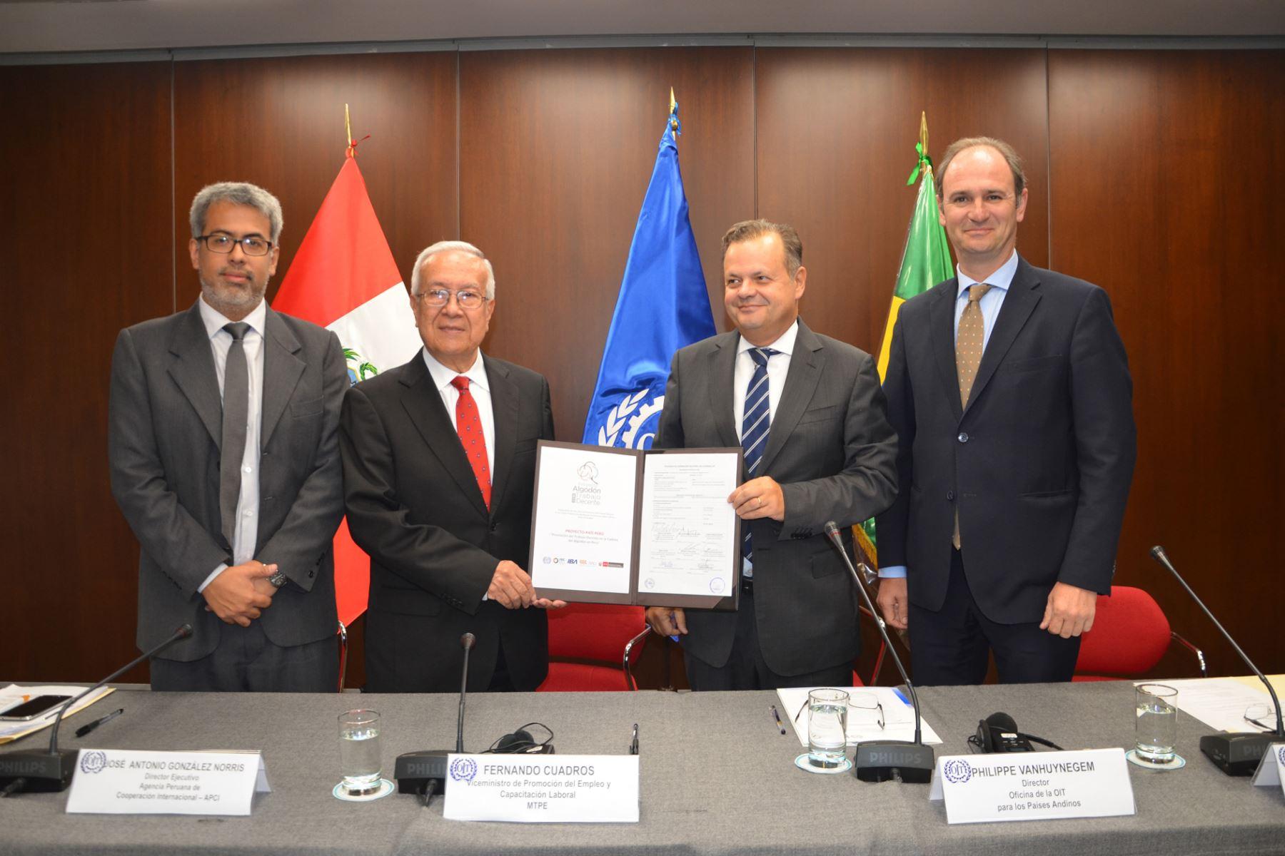 """Firma del acuerdo para el proyecto país """"Promoción del trabajo decente en la cadena del algodón en el Perú""""."""