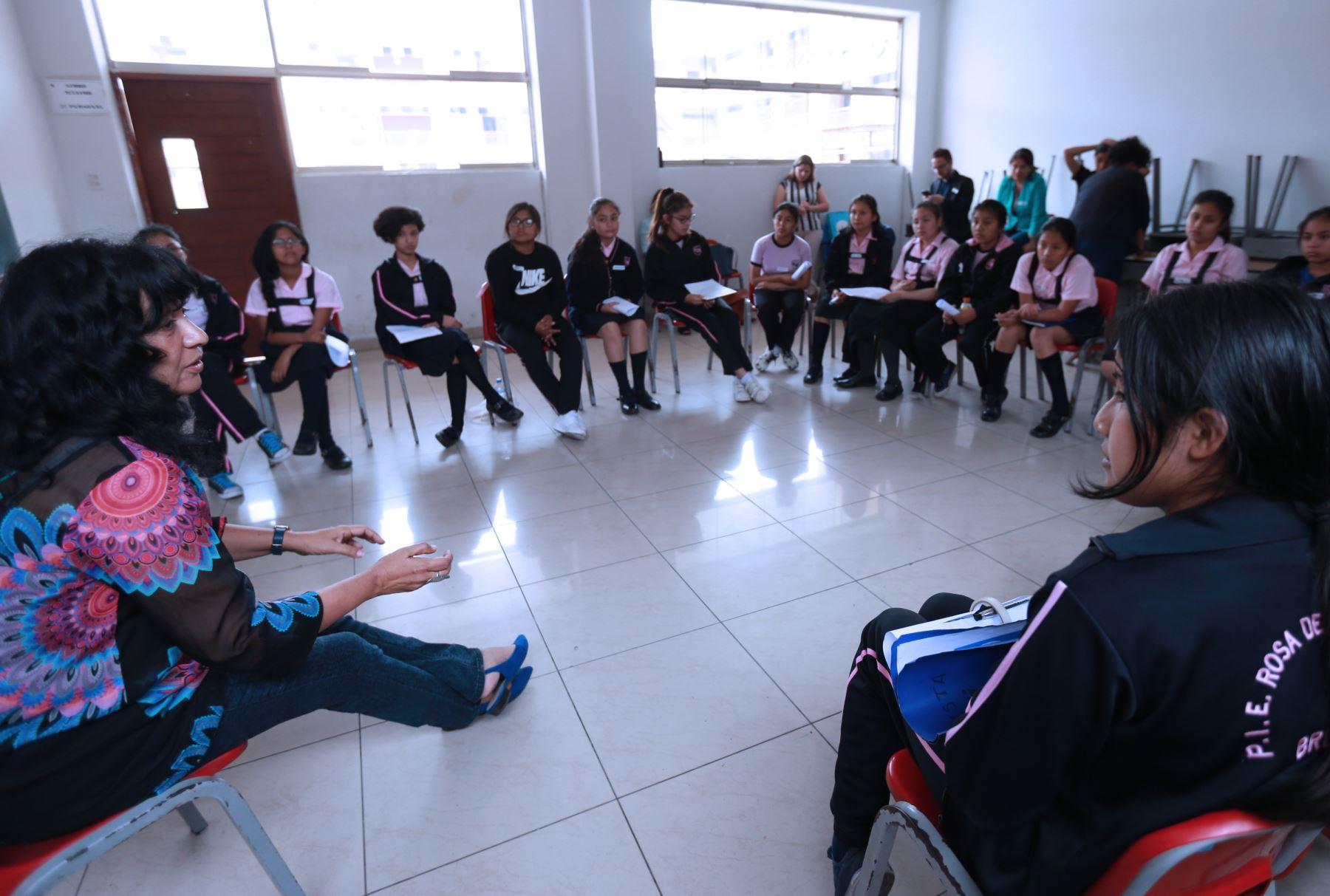 Científica Silvia Rosas visitó colegio Rosa de Santa María, gracias a Concytec. Foto: ANDINA/Norman Córdova