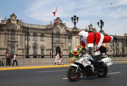 Navidad: Papá Noel policía patrulla la ciudad