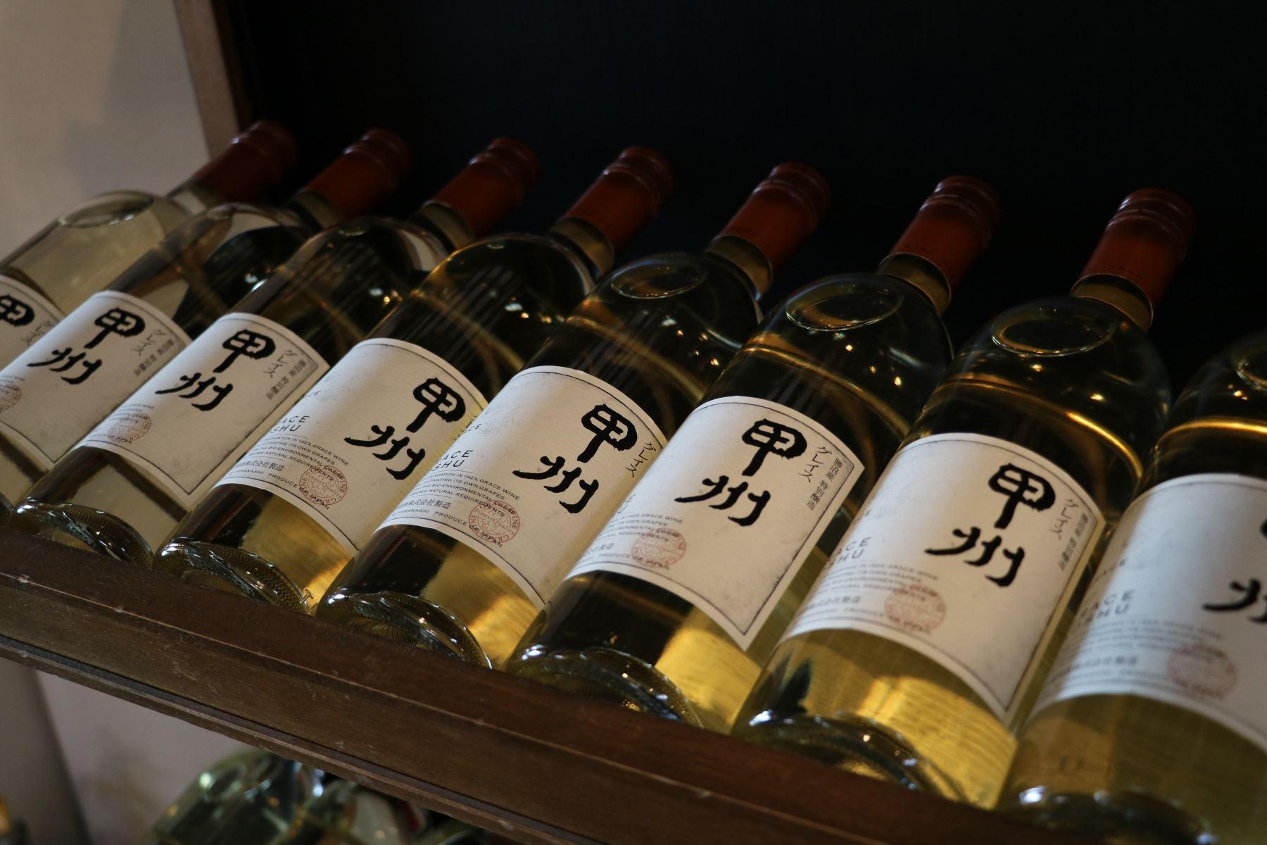 En un país tradicionalmente arraigado a licores propios como el sake, cada vez más japoneses optan por acompañar sus comidas con una copa de vino Foto: EFE