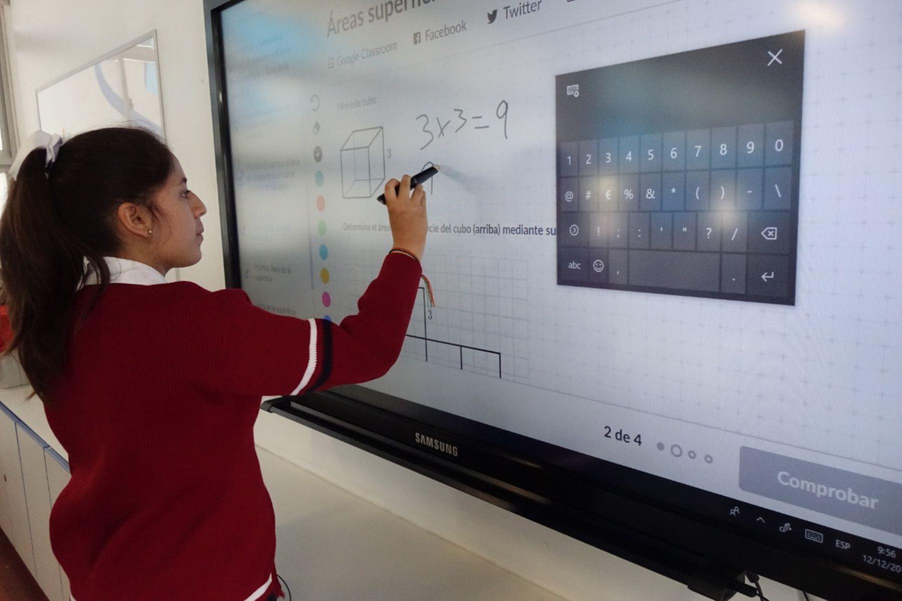 Escolares de colegios públicos usan plataforma digital Kahn Academy para aprender matemática de manera divertida. Foto: Andina/Difusión