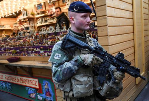 Una patrulla militar francesa durante la reapertura del mercado navideño de Estrasburgo, este de Francia Foto: AFP