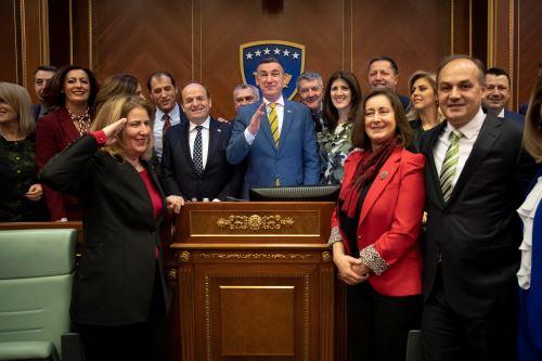 El presidente del Parlamento de Kosovo, Kadri Veseli, posa junto a diputados tras aprobarse la creación de un ejército propio en Pristina, Kosovo Foto: EFE