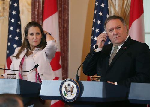 El Secretario de Estado Mike Pompeo y la Ministra de Relaciones Exteriores de Canadá, Chrystia Freeland, en conferencia de prensa Foto: AFP