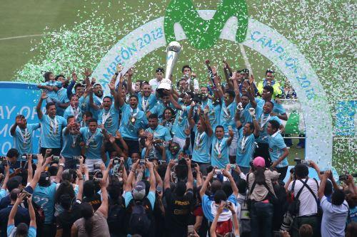 Cristal golea 3-0 a Alianza Lima y se proclama campeón nacional, en el estadio nacional.