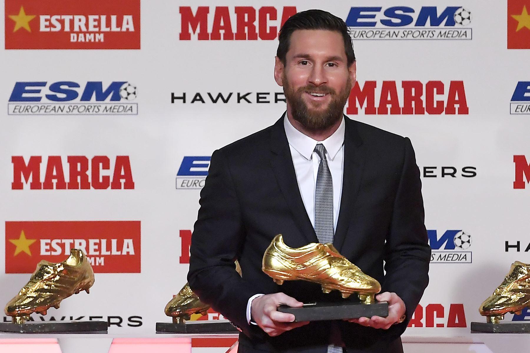 El delantero argentino de Barcelona, Lionel Messi, posa con sus cinco premios Golden Shoe después de recibir el European Golden Shoe 2018 en honor al mejor goleador del año durante una ceremonia en la Antigua Fabrica Estrella Damm en Barcelona el 18 de diciembre de 2018.  AFP