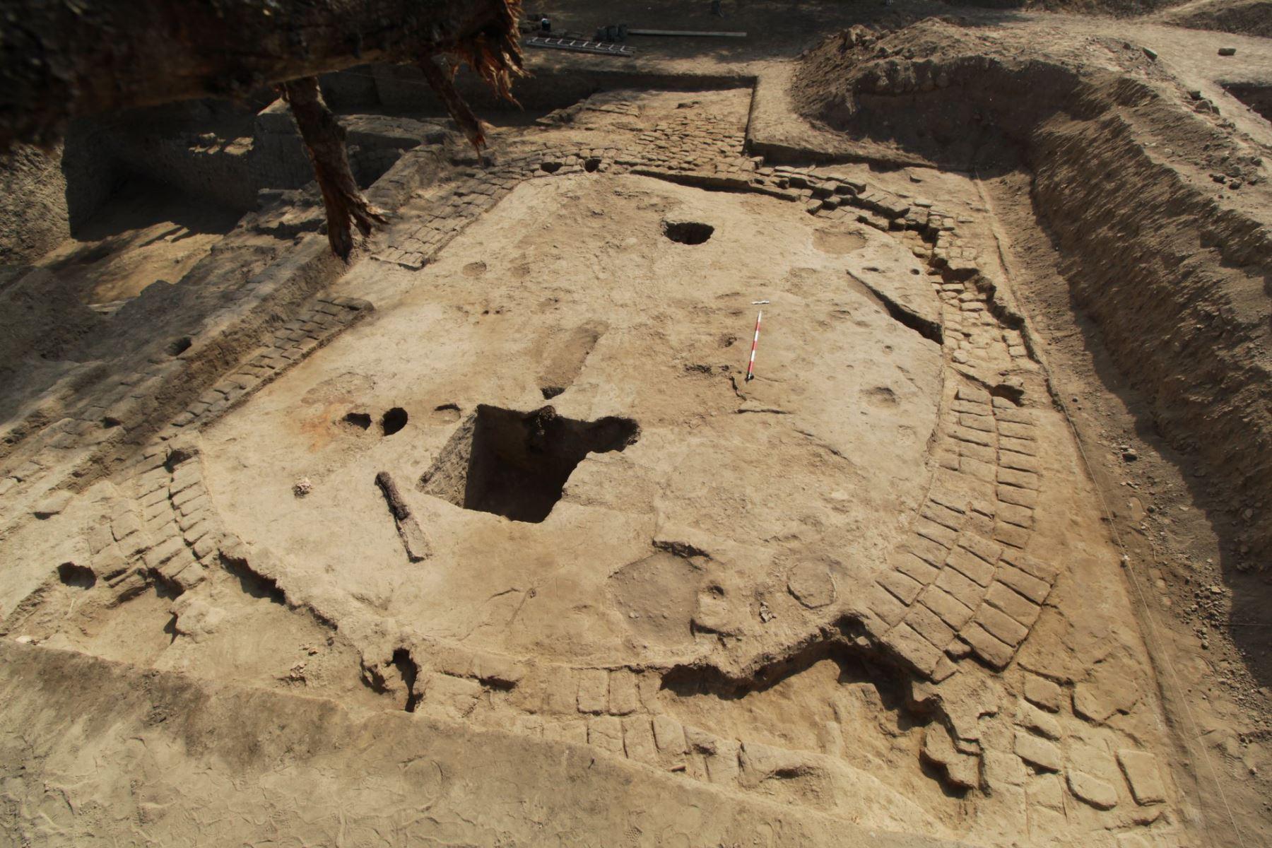 """Un recinto ceremonial en forma de """"D"""", que correspondería al período Horizonte Medio (600–1000 d.C.), fue descubierto en la huaca Santa Rosa, en la región Lambayeque."""