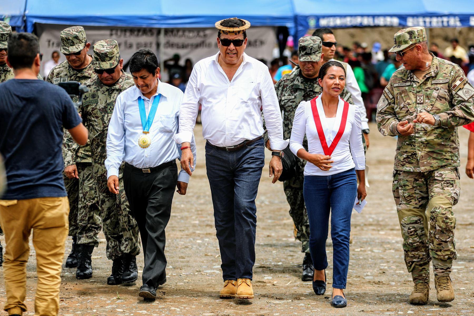 Ministro de Defensa José Huerta llega en avioneta a nueva pista de aterrizaje en el distrito de Pichari, Cusco. Foto: ANDINA/Luis Iparraguirre