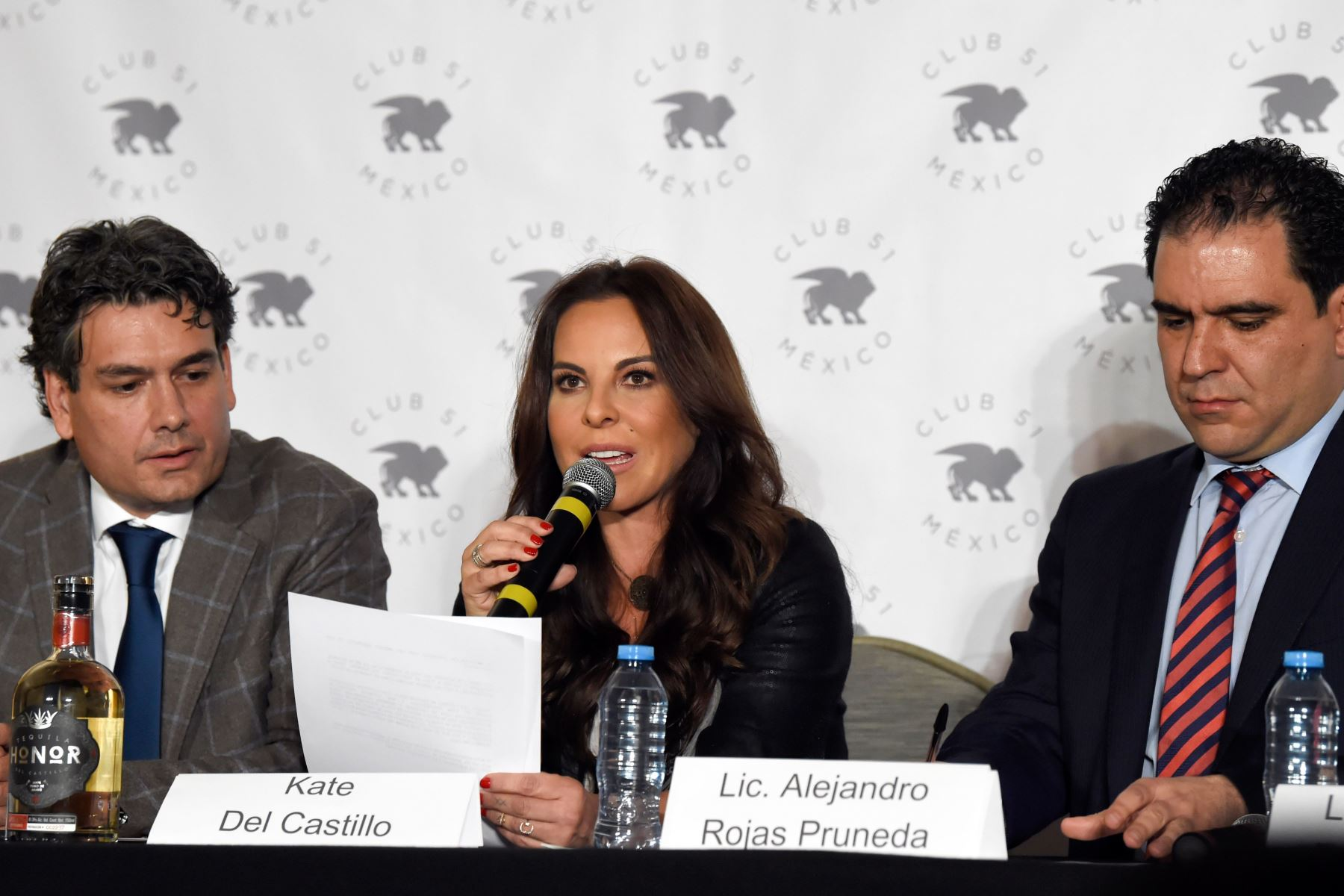 La actriz mexicana Kate del Castillo con su abogado Federico Mery-Sanson  y Alejandro Rojas Foto: AFP