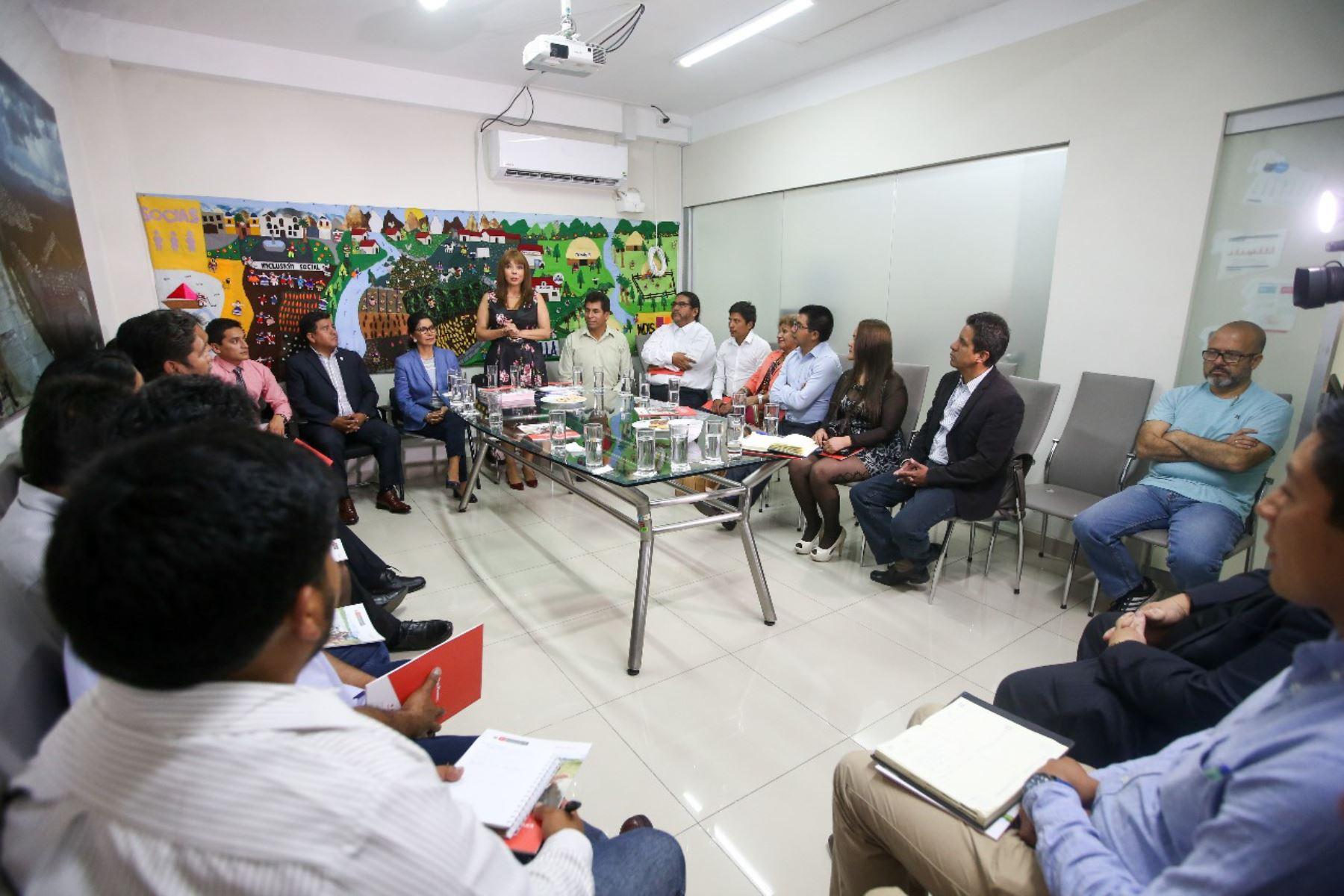 La ministra Liliana La Rosa participó en la reunión informativa de los programas sociales con los alcaldes electos de la región Cusco.