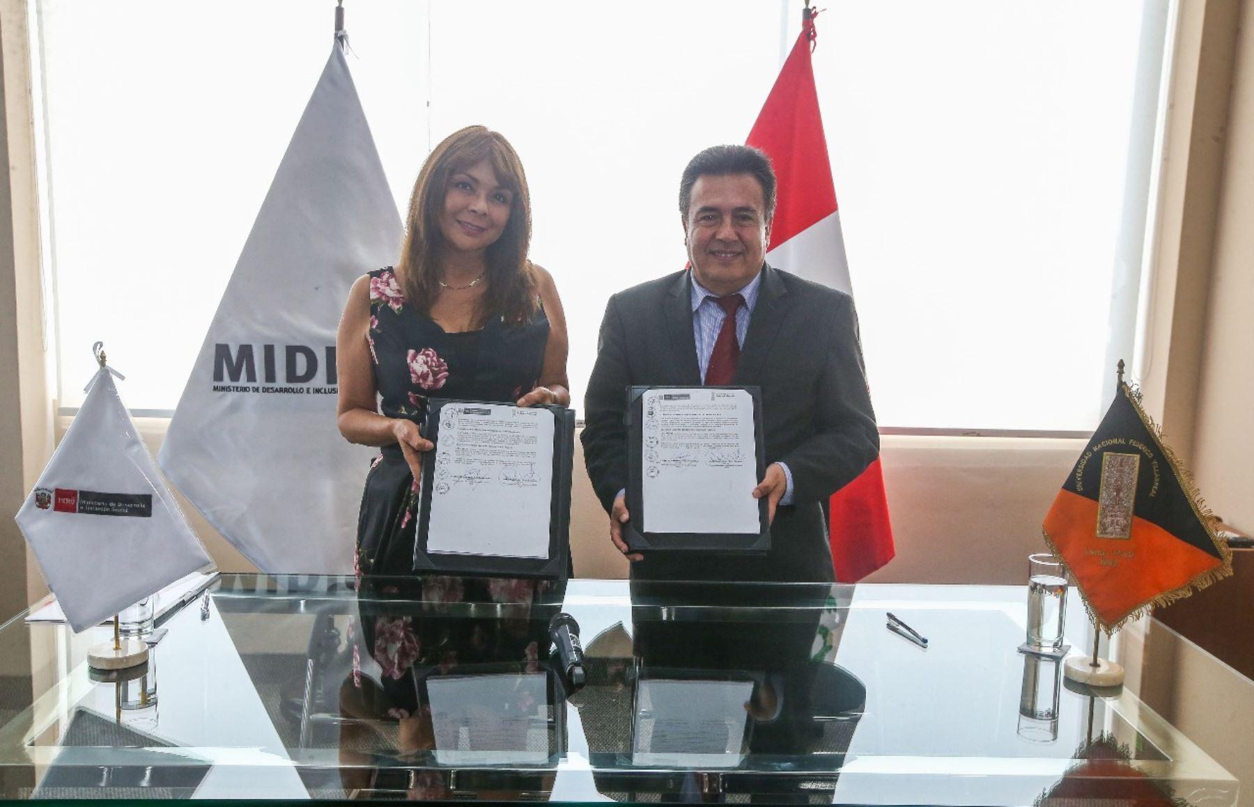 Ministra La Rosa y rector de la Universidad Federico Villareal firman documento que contribuye a la implementación de políticas de Estado en materia social.