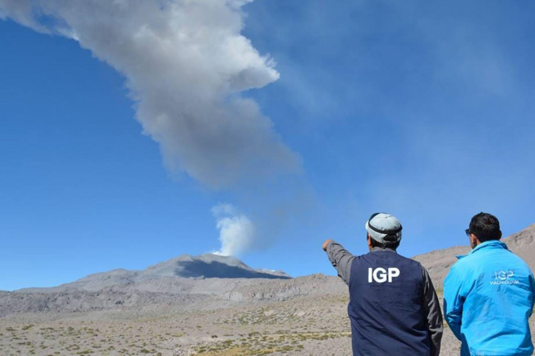 El volcán Sabancaya, ubicado en Arequipa, expulsó cenizas esta mañana las cuales se dispersaron hacia el sector suroeste de este macizo, donde se localizan el distrito de Lluta y sus diferentes anexos., en la provincia de Caylloma, por lo que el Instituto Geofísico del Perú (IGP), recomienda a la población tomar las debidas precauciones.ANDINA/DifusiónANDINA/Difusión