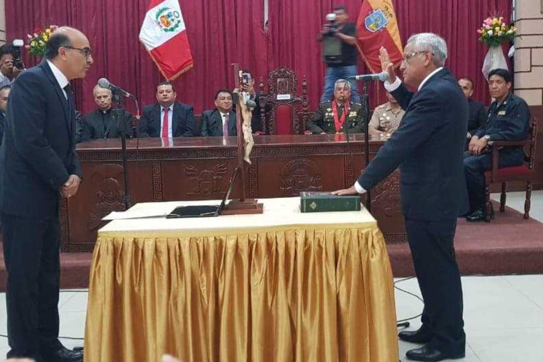 Anselmo Lozano Centurión asumió hoy el cargo como gobernador regional de Lambayeque para el período 2019-2022 y se comprometió a lograr un desarrollo sostenido con el apoyo de la población, trabajadores y organizaciones de la sociedad civil, a fin de mejorar la calidad de vida de los habitantes de este departamento del norte peruano.