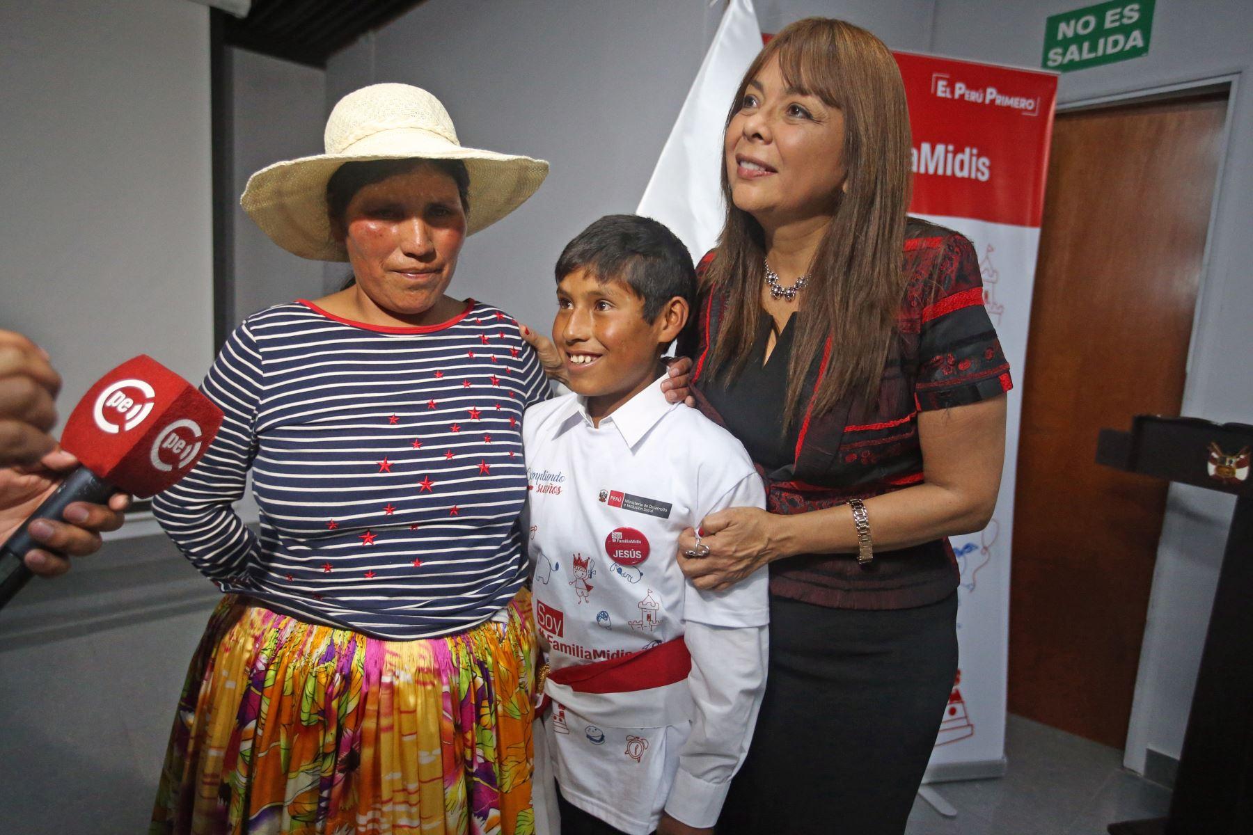 La ministra de Desarrollo e Inclusión Social, Liliana La Rosa, nombró ministro por un día al niño Jesús Mamani Ramos de Puno. Foto: ANDINA/Vidal Tarqui